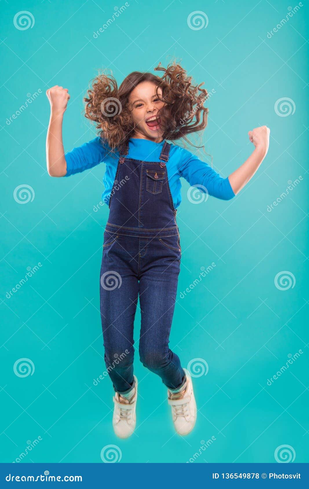 Internationella barns dag litet ungemode litet flickabarn med perfekt hår lycklig flicka little Skönhet och