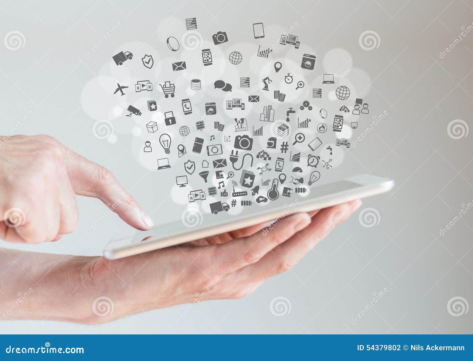 Internet av begreppet för saker (IoT) med händer som rymmer minnestavlan