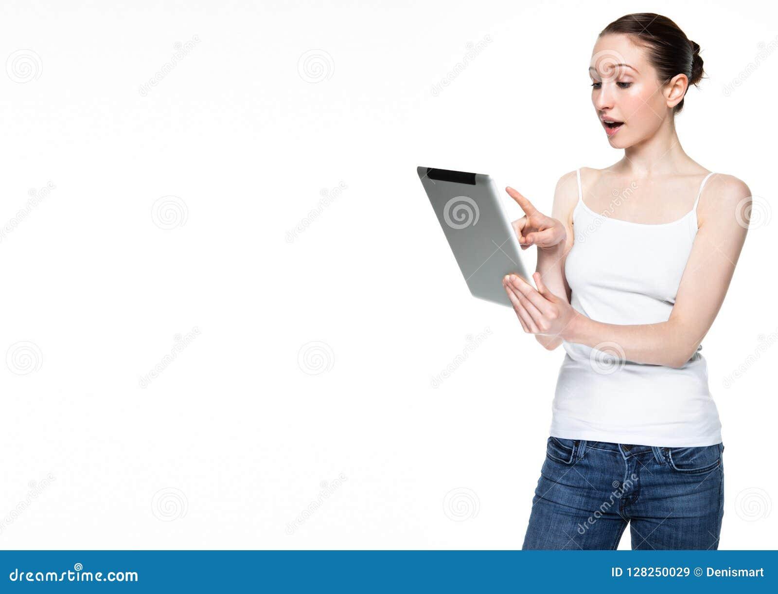 Internet bonito da consultação da mulher na tabuleta