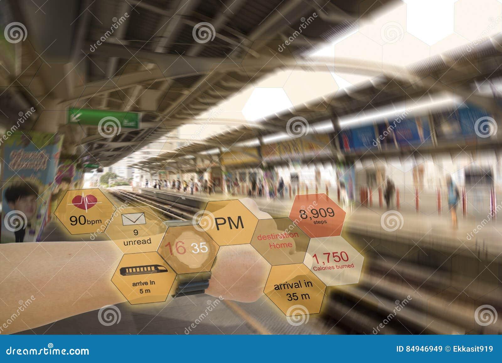 Internet de conceitos da tecnologia das coisas o relógio aumentado uso da realidade do homem para receber a informação ou ajudar