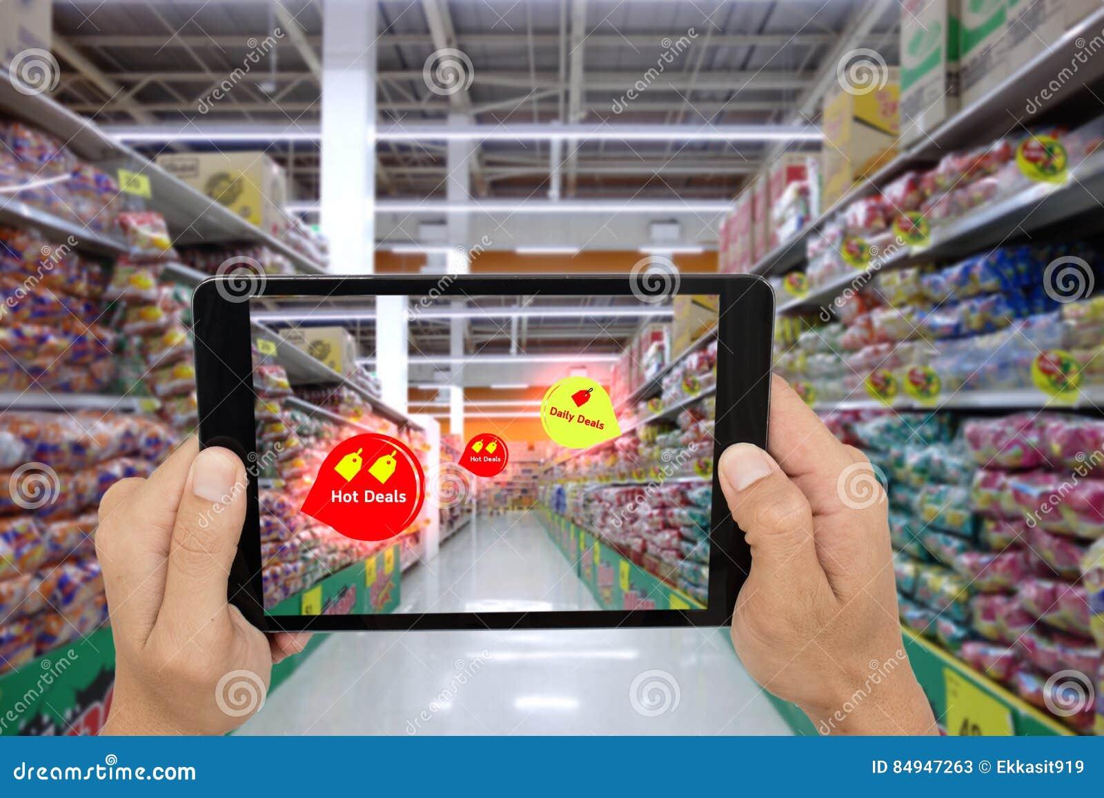 Internet de las cosas que comercializan los conceptos, realidad aumentada elegante, control del cliente la tableta para ver el pr