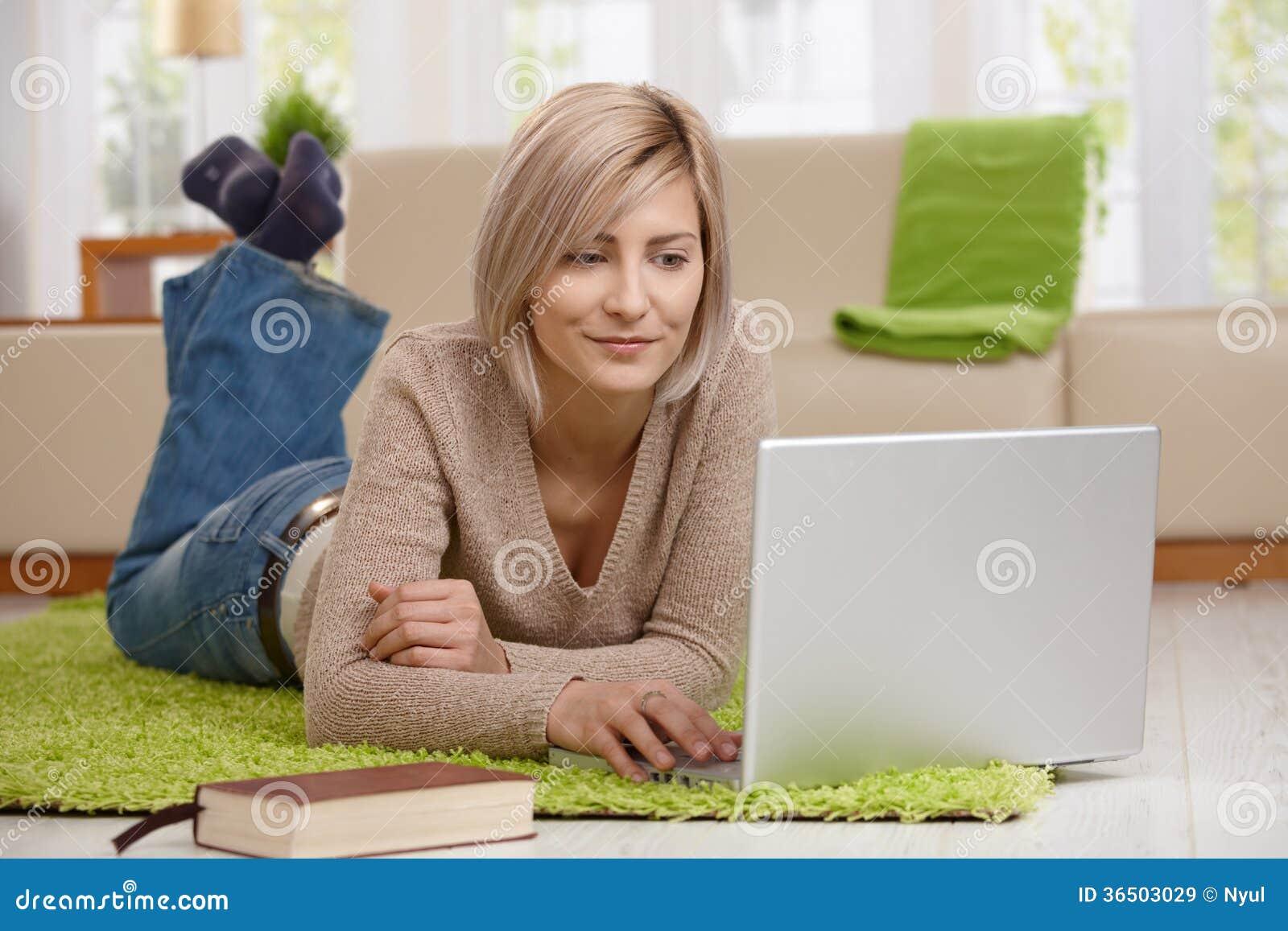 Internet de lecture rapide de femme sur l ordinateur portable