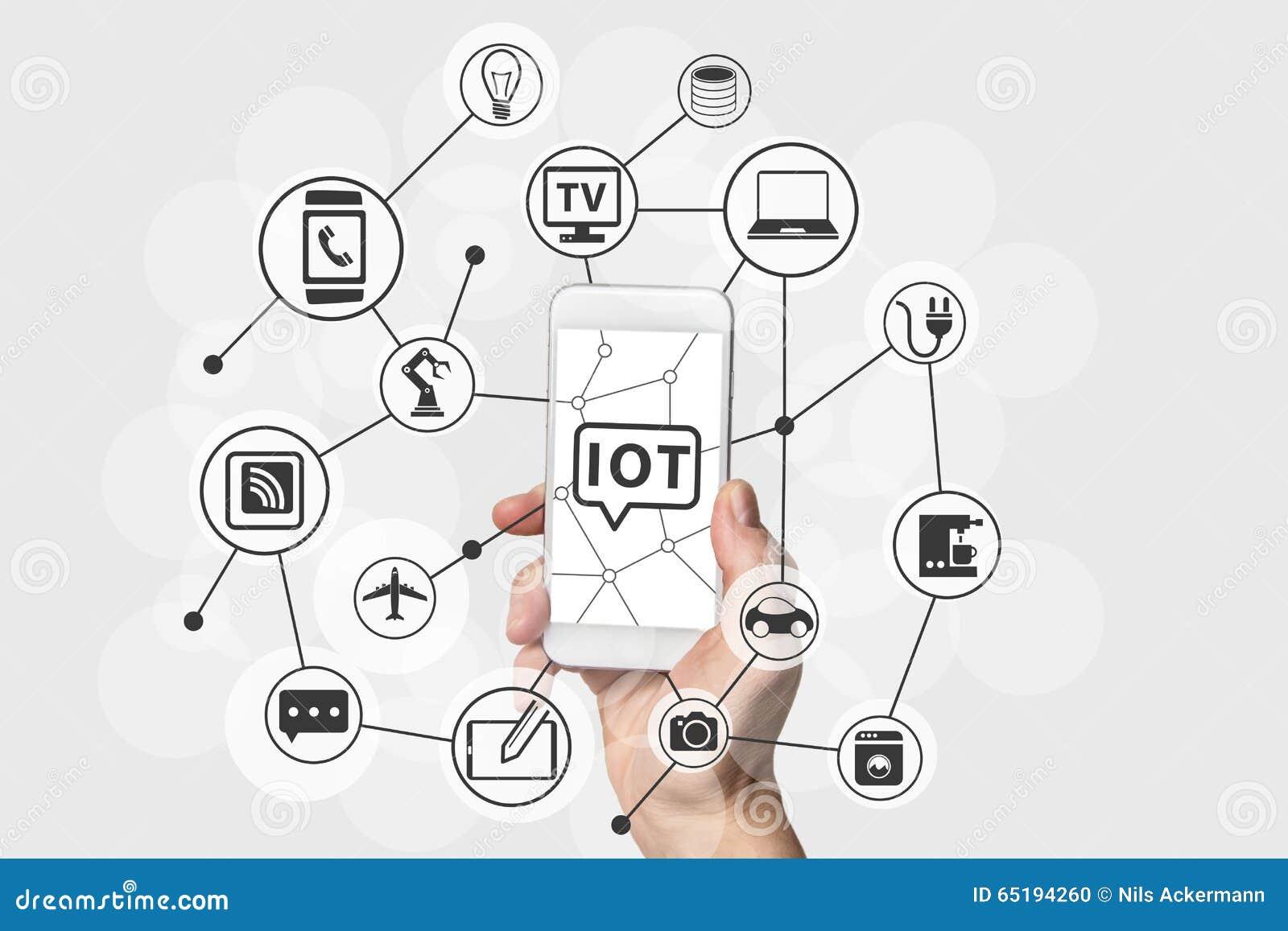 Internet do conceito das coisas (IOT) com a mão que guarda o telefone esperto branco e de prata moderno
