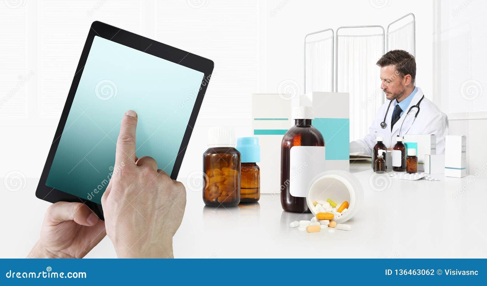 Internet-gezondheidszorg en medisch bij het mobiele apparatenoverleg, handtouch screen over digitale tablet, arts op bureaukantoo