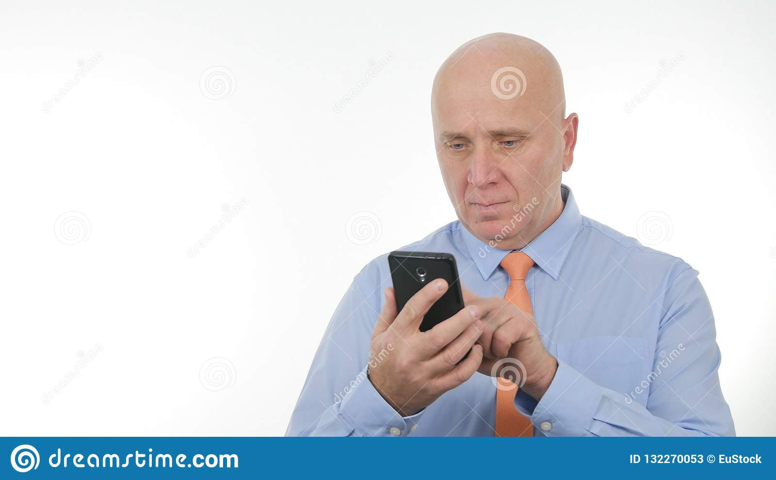 Internet inalámbrico de Text Using Cellphone del hombre de negocios confiado