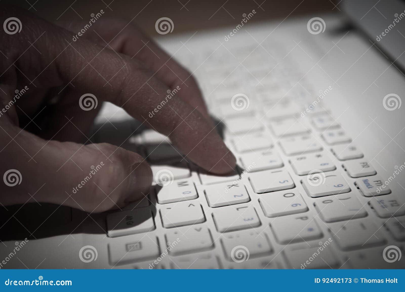 Internet-misdaad, hand het typen op een computertoetsenbord