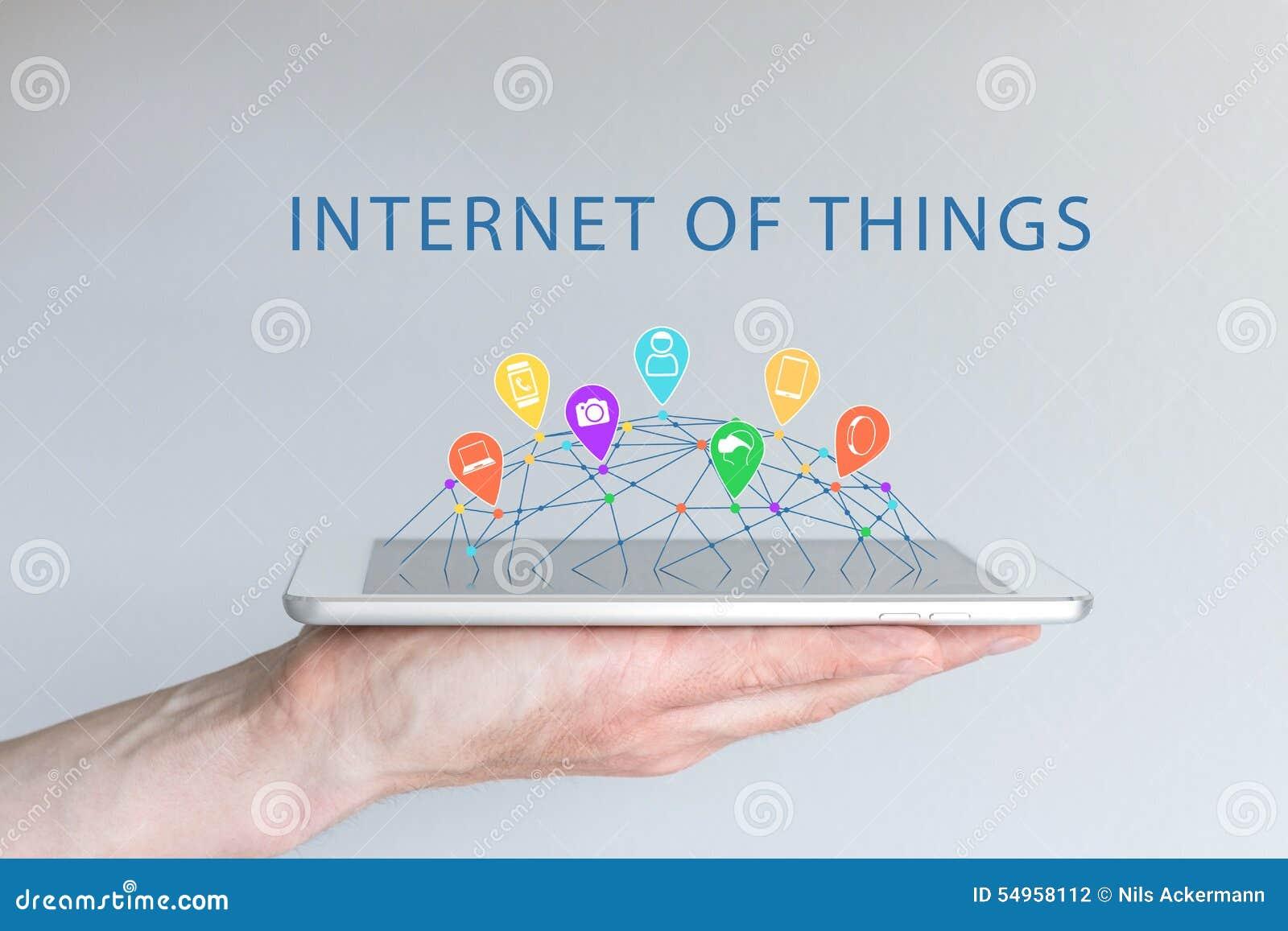 Internet rzeczy pojęcie z ręką trzyma mądrze telefon (IOT) Związani przyrząda jak mądrze telefon, mądrze zegarek