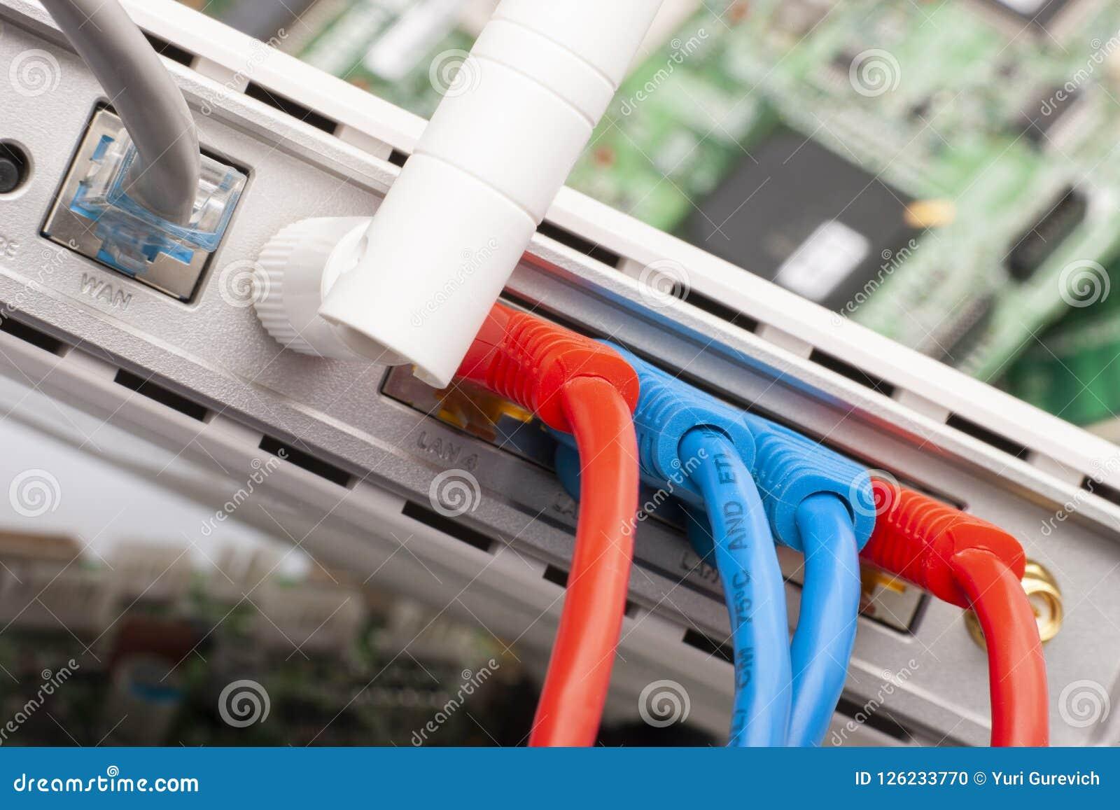 Internet-schakelaar dichte omhooggaande die macro op de raad van de computerkring wordt geschoten