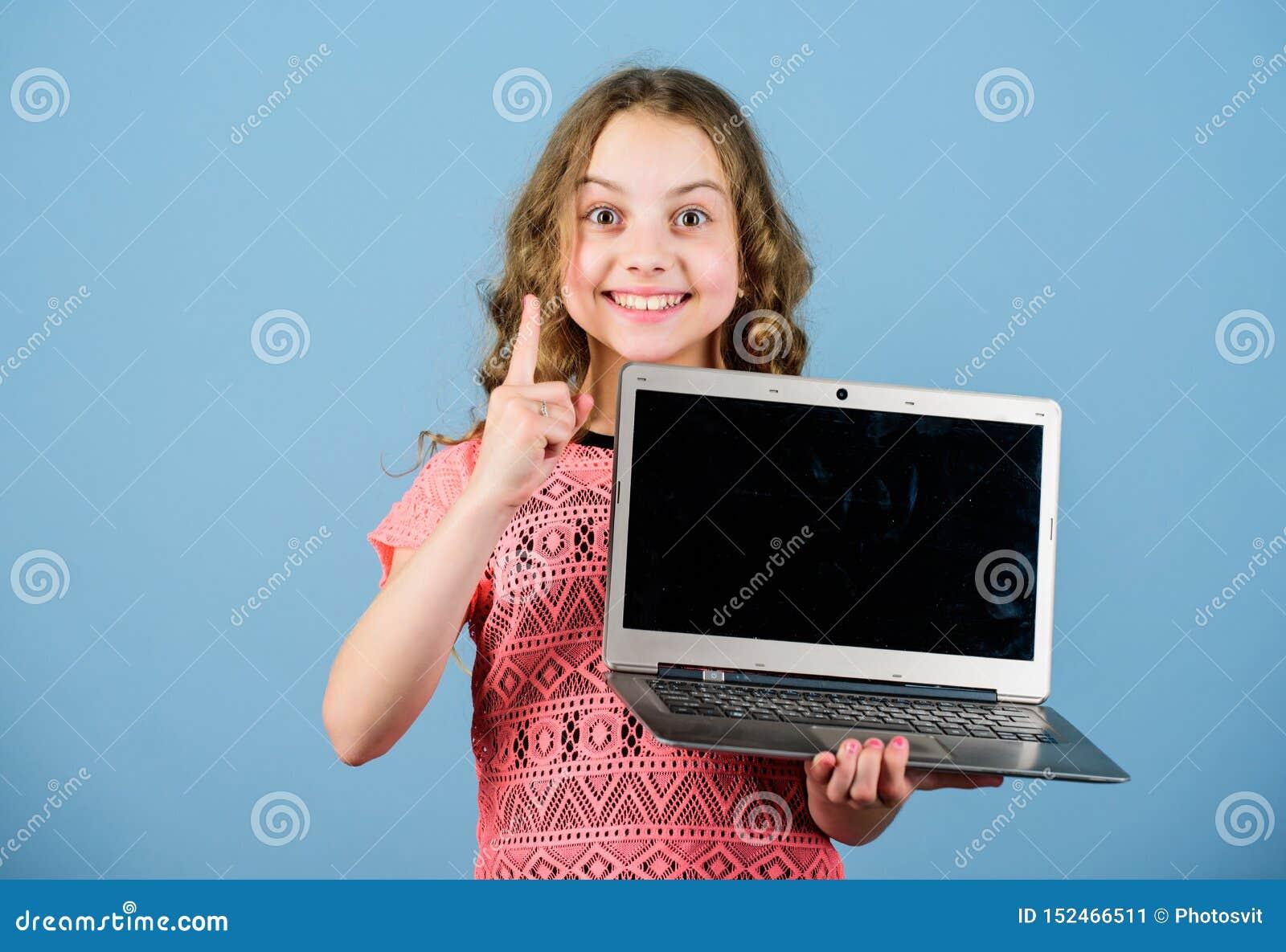 Internet surfant D?veloppez propre blog Blog personnel R?seaux et blog sociaux Concept de Blogging Petite fille d enfant avec