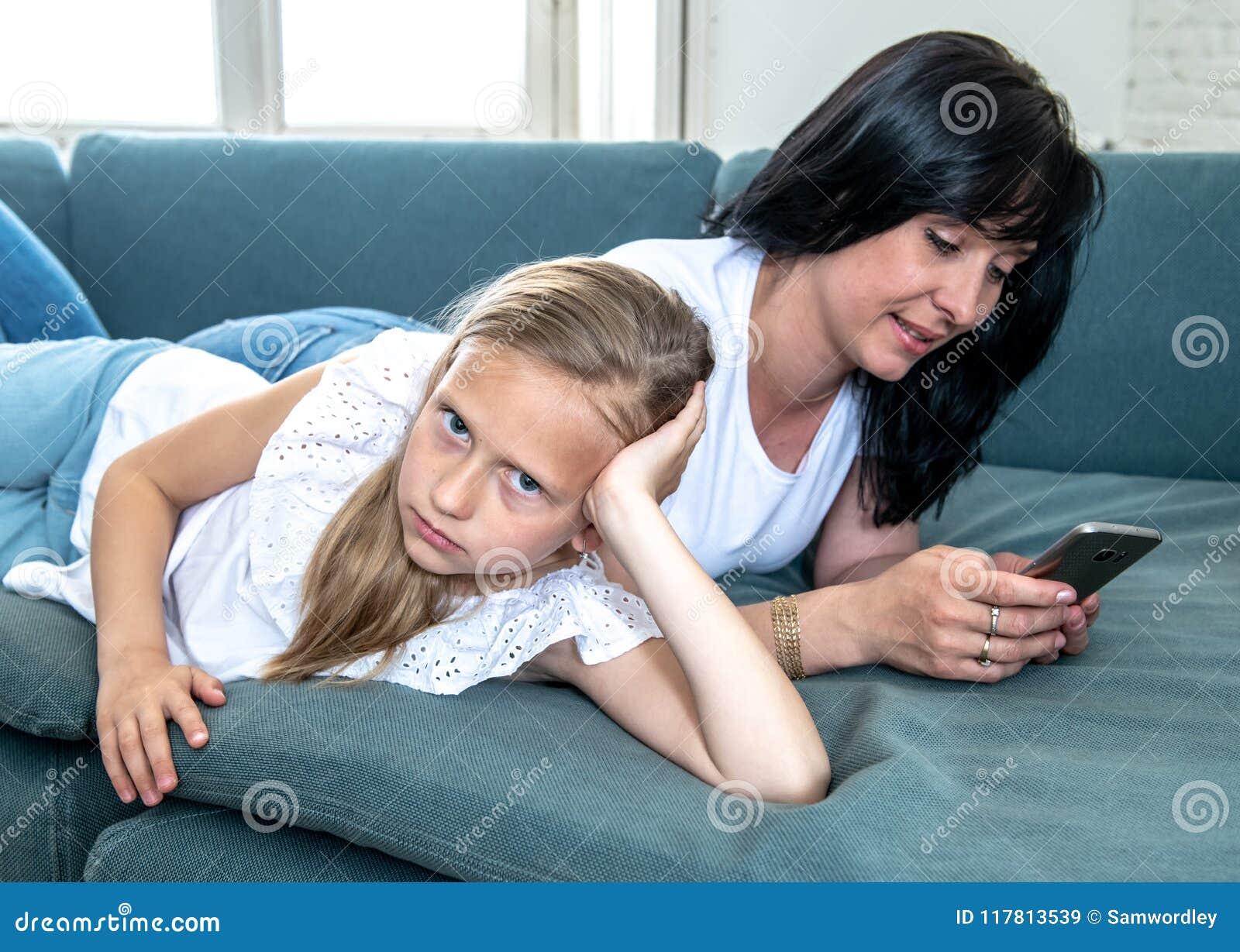 Internet uzależniał się mum używa jej mądrze telefon ignoruje jej smutnego osamotnionego dziecka