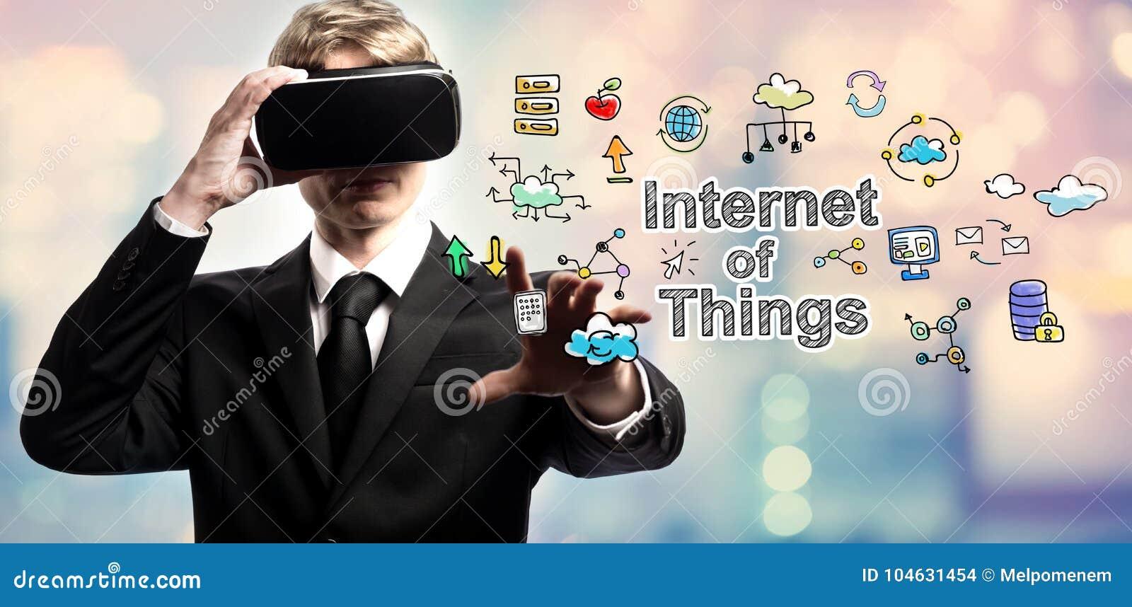 Internet von Sachen simsen mit Geschäftsmann unter Verwendung einer virtuellen Realität
