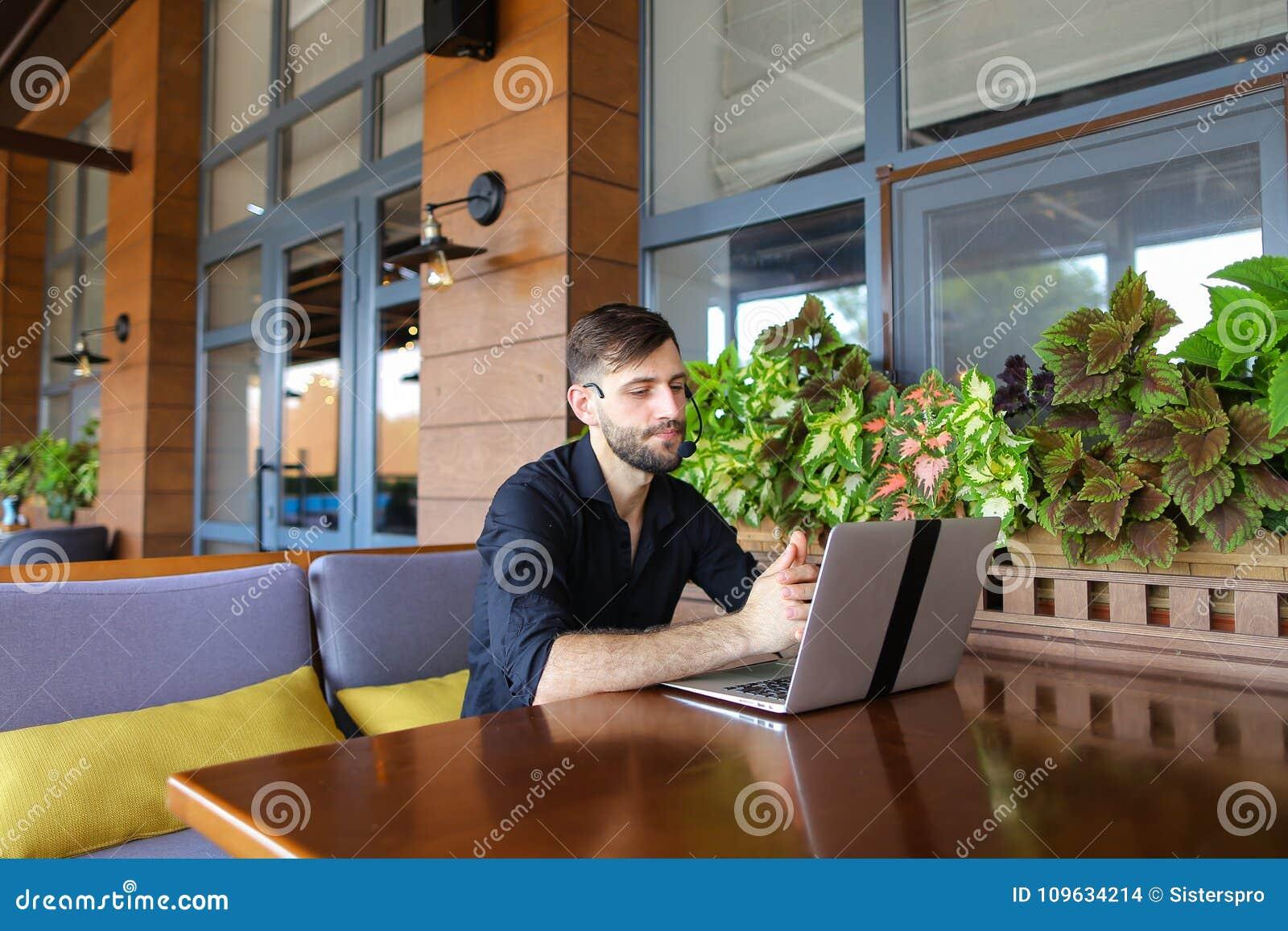 Internetowy konsultant opowiada klient z sieci kamerą i microp