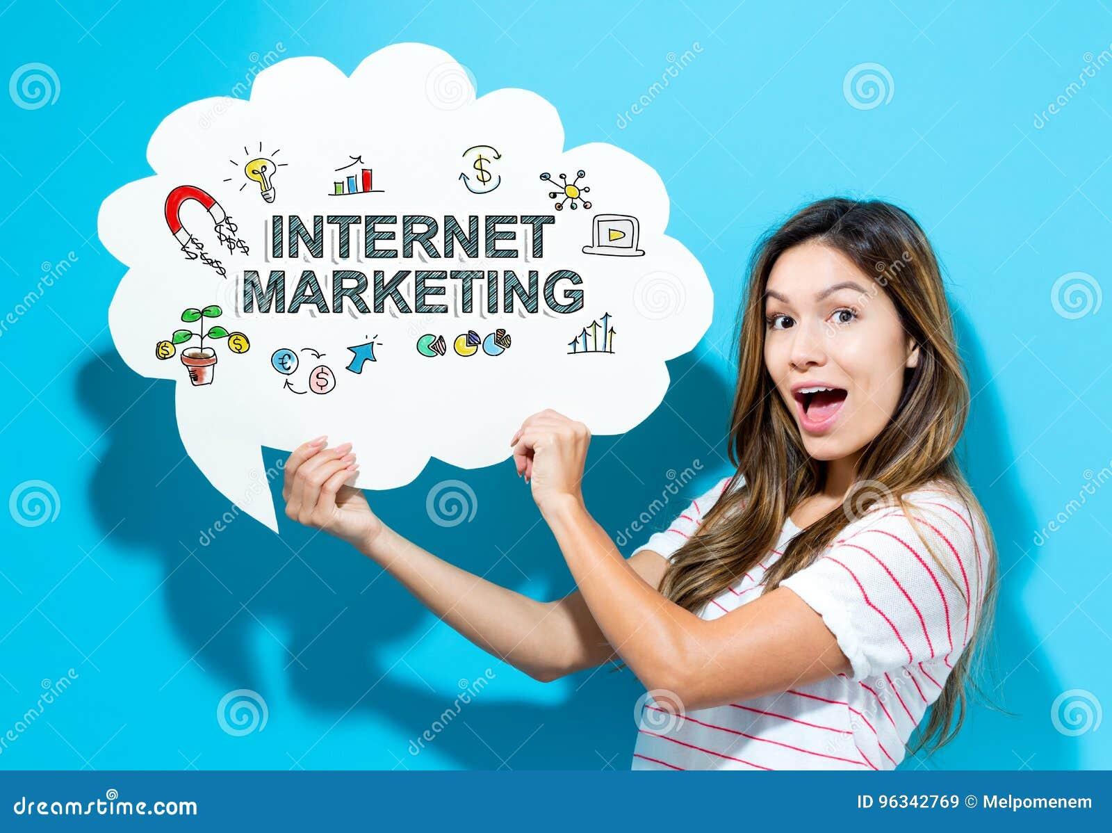 Internetowy Marketingowy tekst z młodą kobietą trzyma mowa bąbel