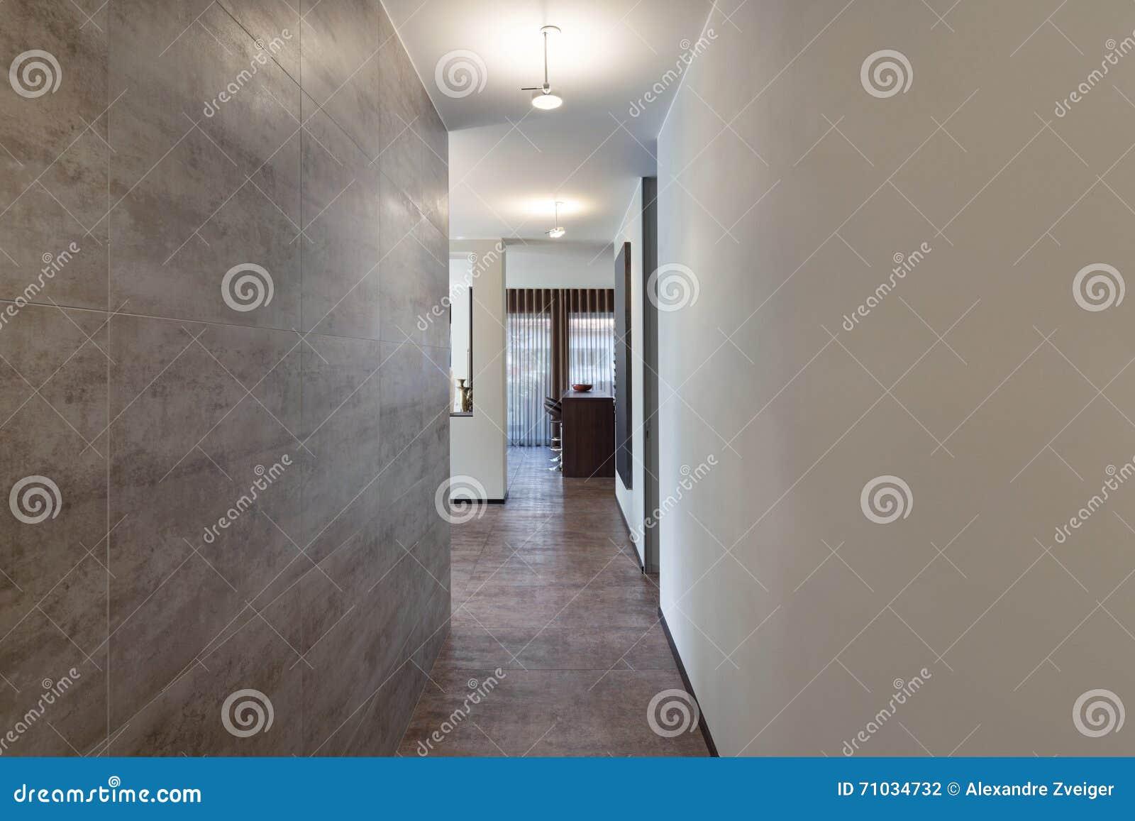 Corridoio Lungo Casa : Interni corridoio lungo con la parete di marmo fotografia stock