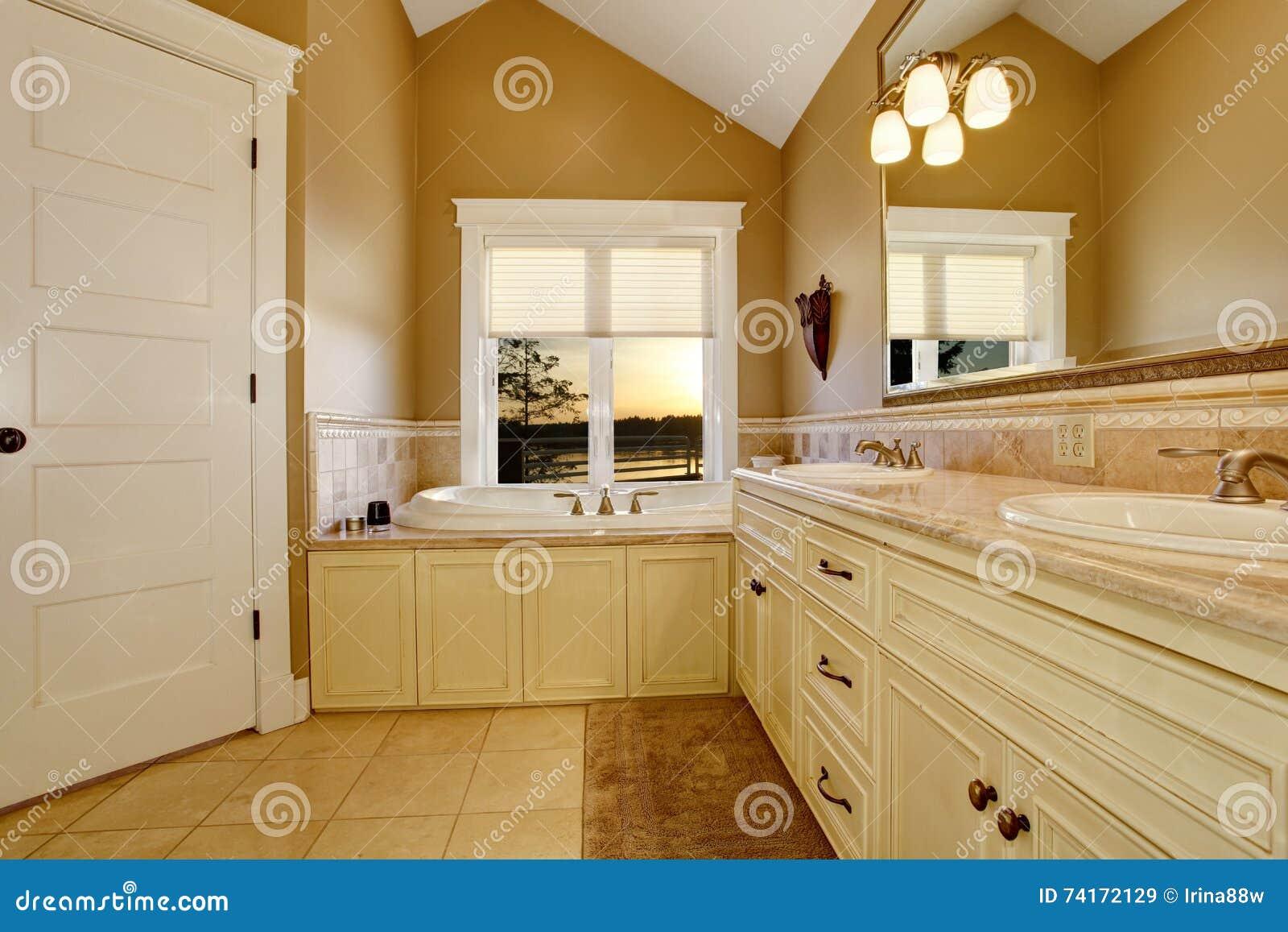 Bagni Con Piastrelle Bianchi : Interno accogliente del bagno con i vecchi gabinetti bianchi la