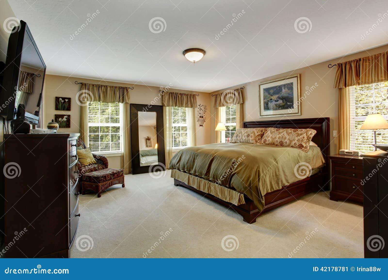 ... : Interno accogliente della camera da letto nei colori verde oliva