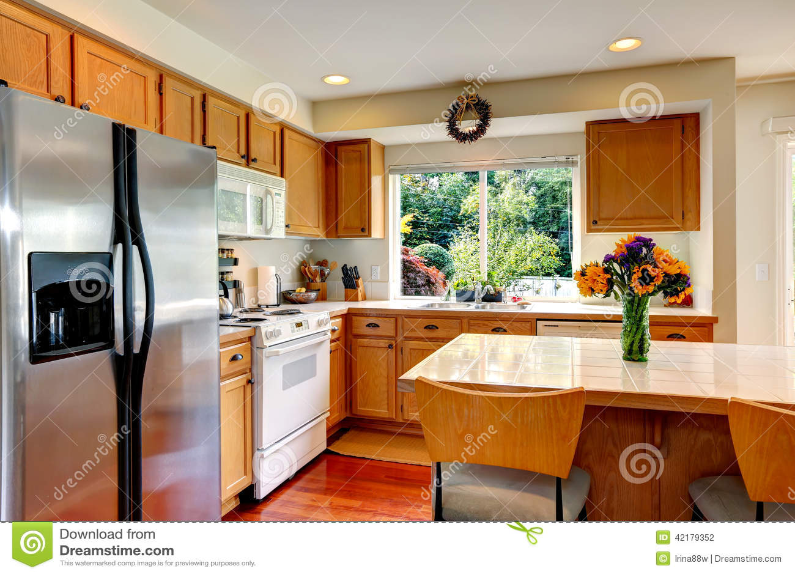 Interno accogliente della cucina con l 39 isola e la finestra for Finestra in cucina