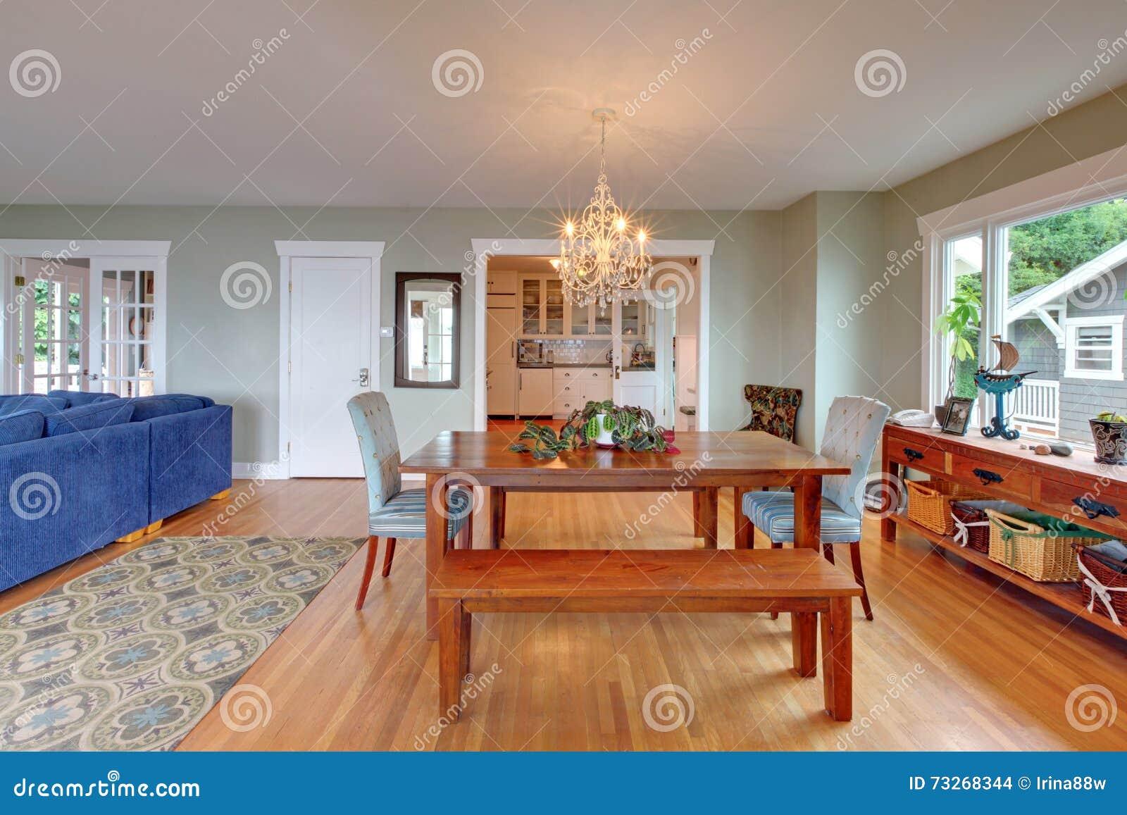 Interno accogliente della sala da pranzo con il pavimento for Tavola sala da pranzo