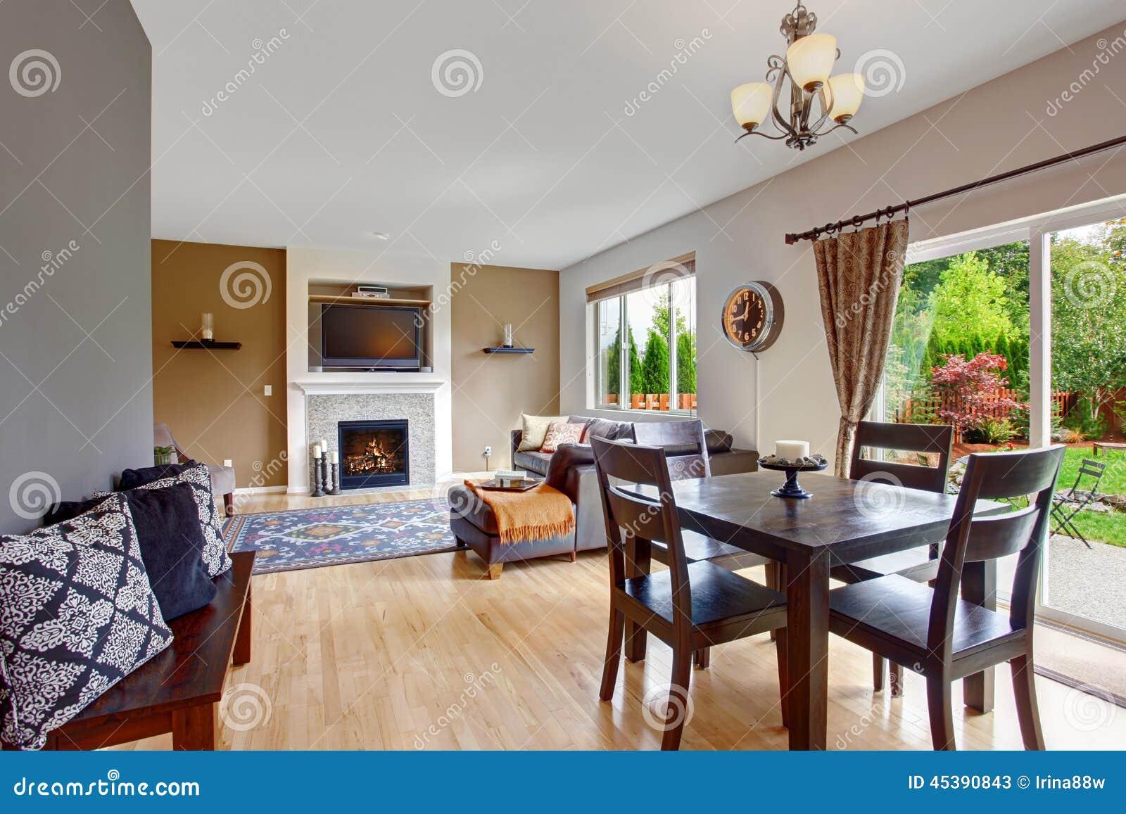 Interno americano della casa con la pianta aperta sala da for Sala pranzo con caminetto