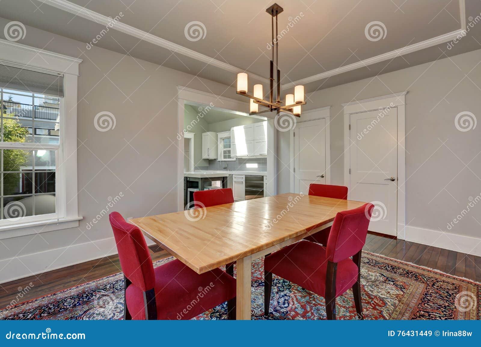 Interno americano della sala da pranzo con la tavola e le for La sala da pranzo