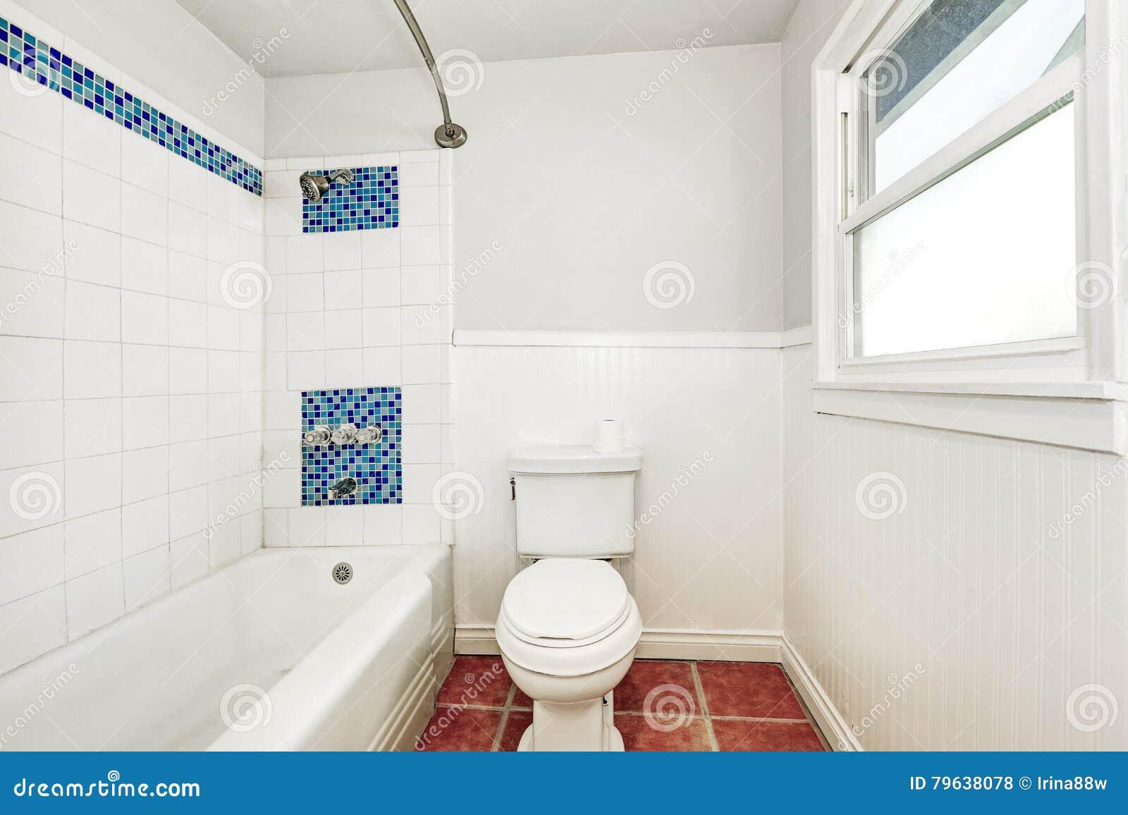 Bagno Con Mosaico Bianco interno bianco del bagno con la disposizione blu della