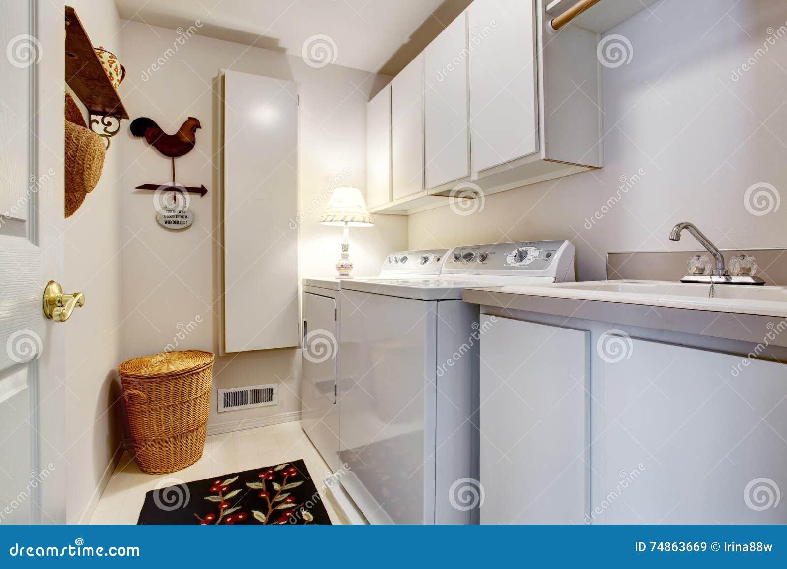 Interno bianco della stanza di lavanderia di vecchio stile con la