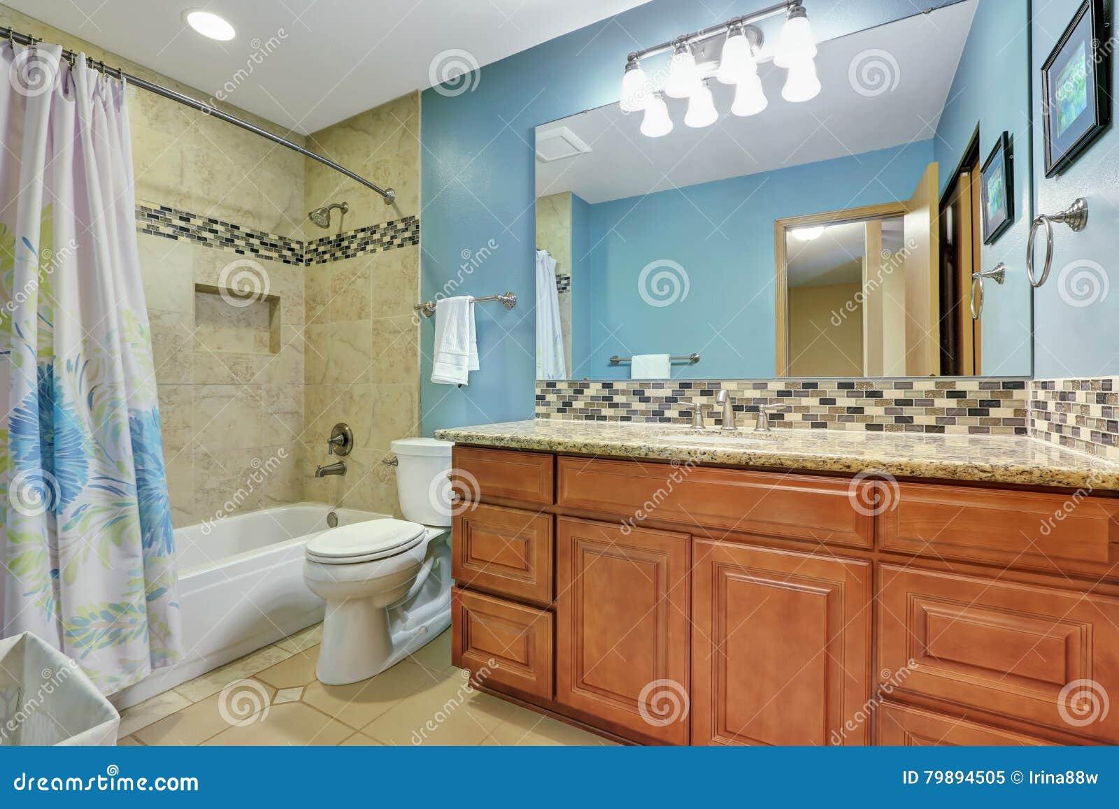 Bagni Blu Mosaico : Interno blu del bagno con la spruzzata della parte posteriore del