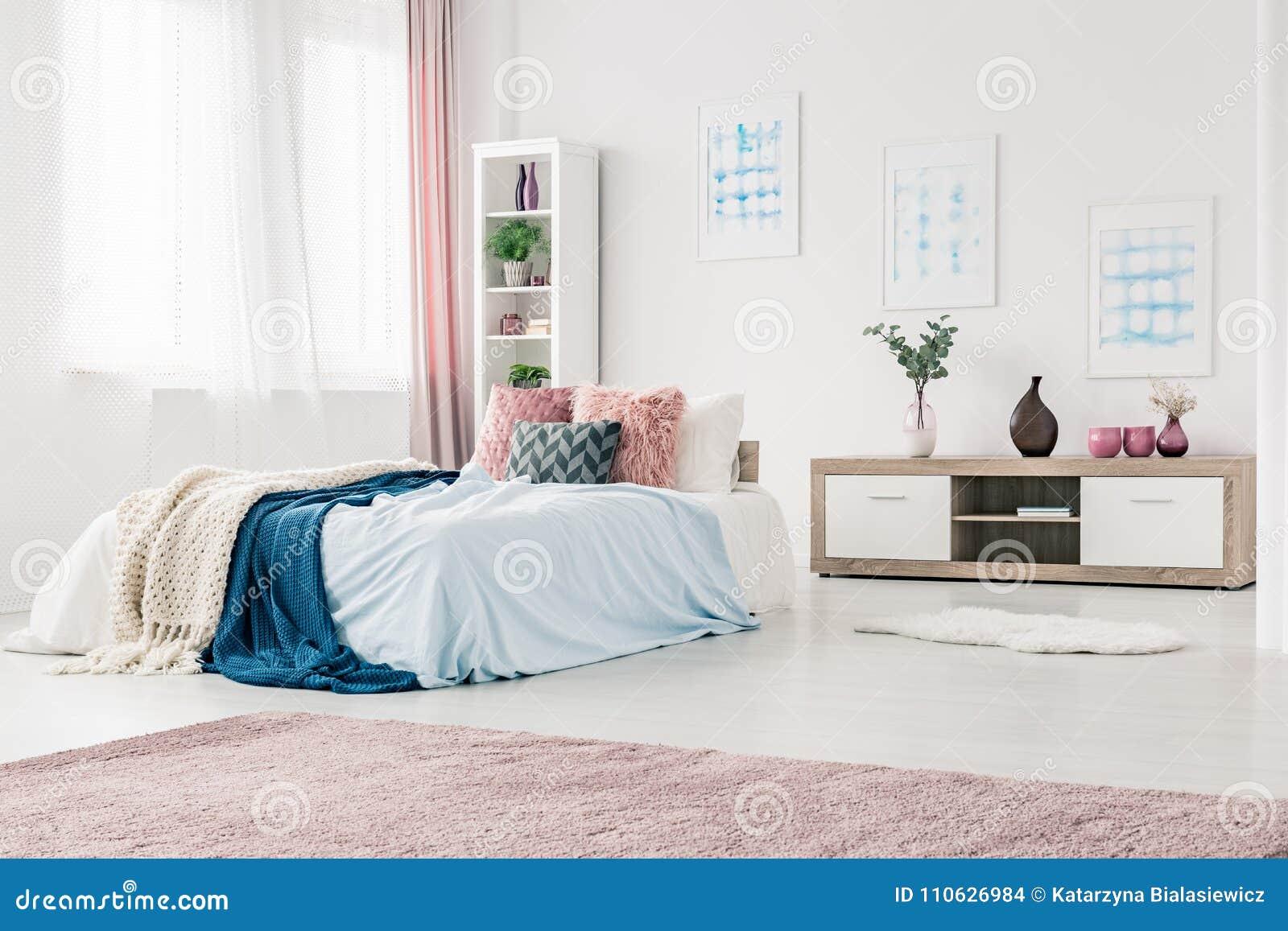 Camera Letto Rosa : Interno blu e rosa della camera da letto fotografia stock