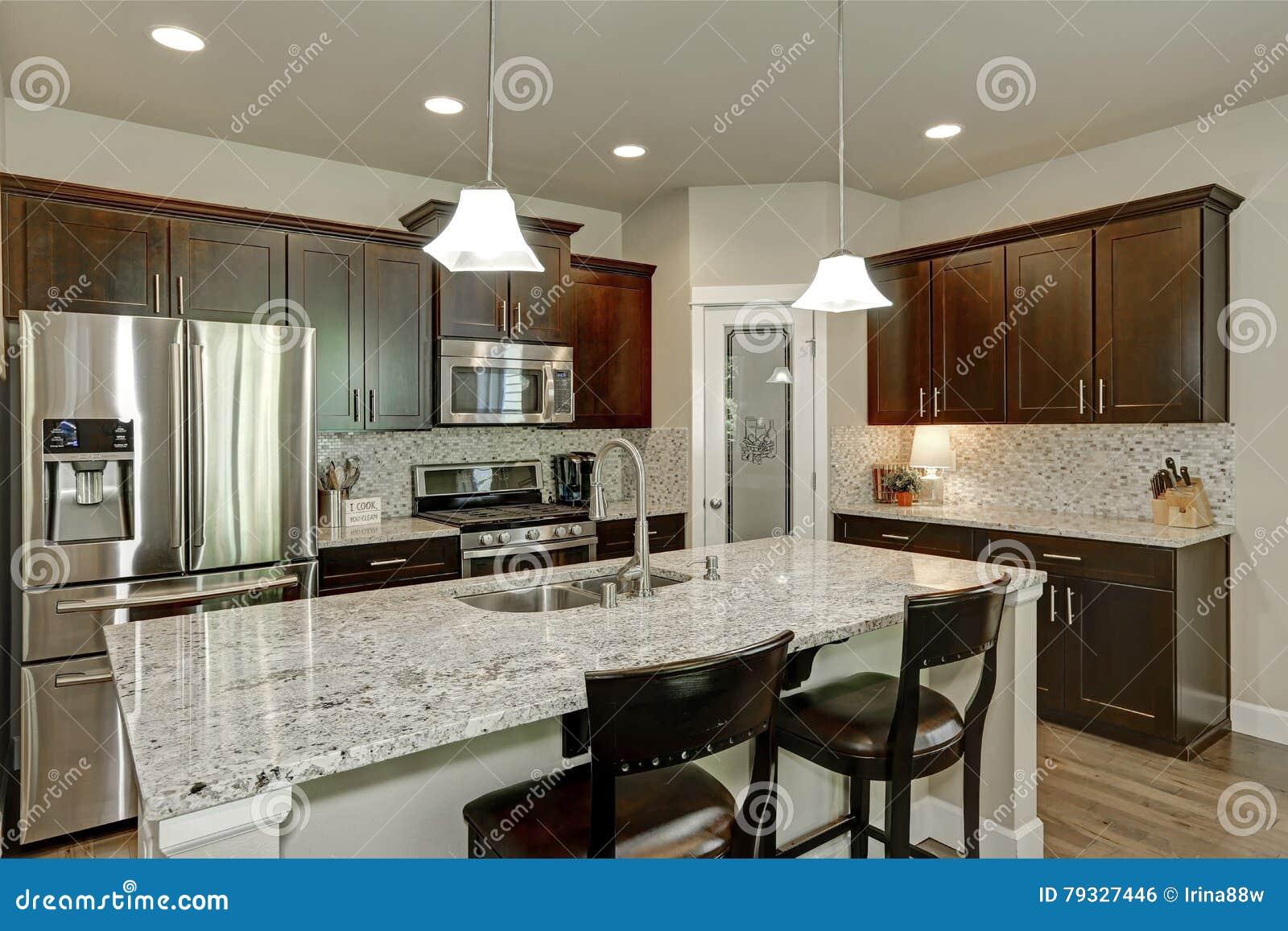 Interno classico della stanza della cucina con la grande for Grande disposizione della stanza