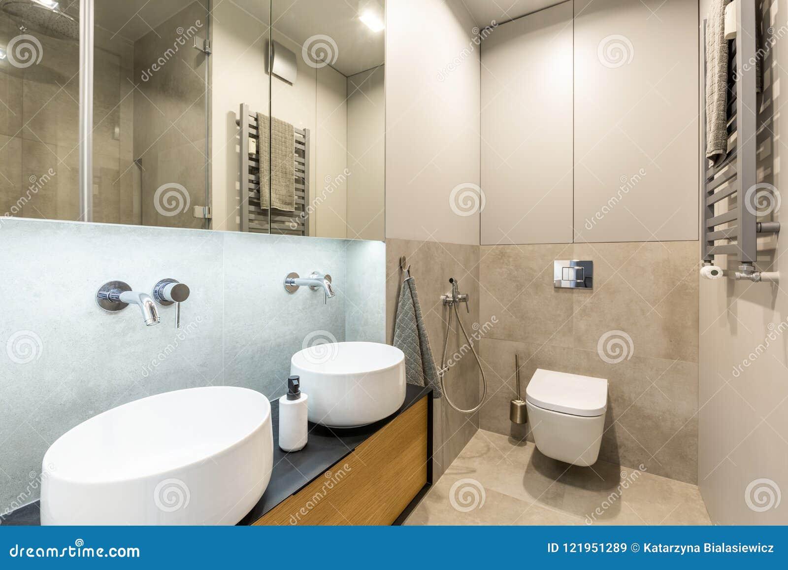 Interno con bagno alla moda e moderno del bagno con marmo beige