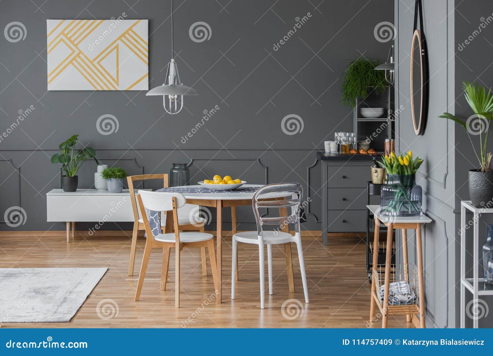Interno con la mobilia scandinava di stile