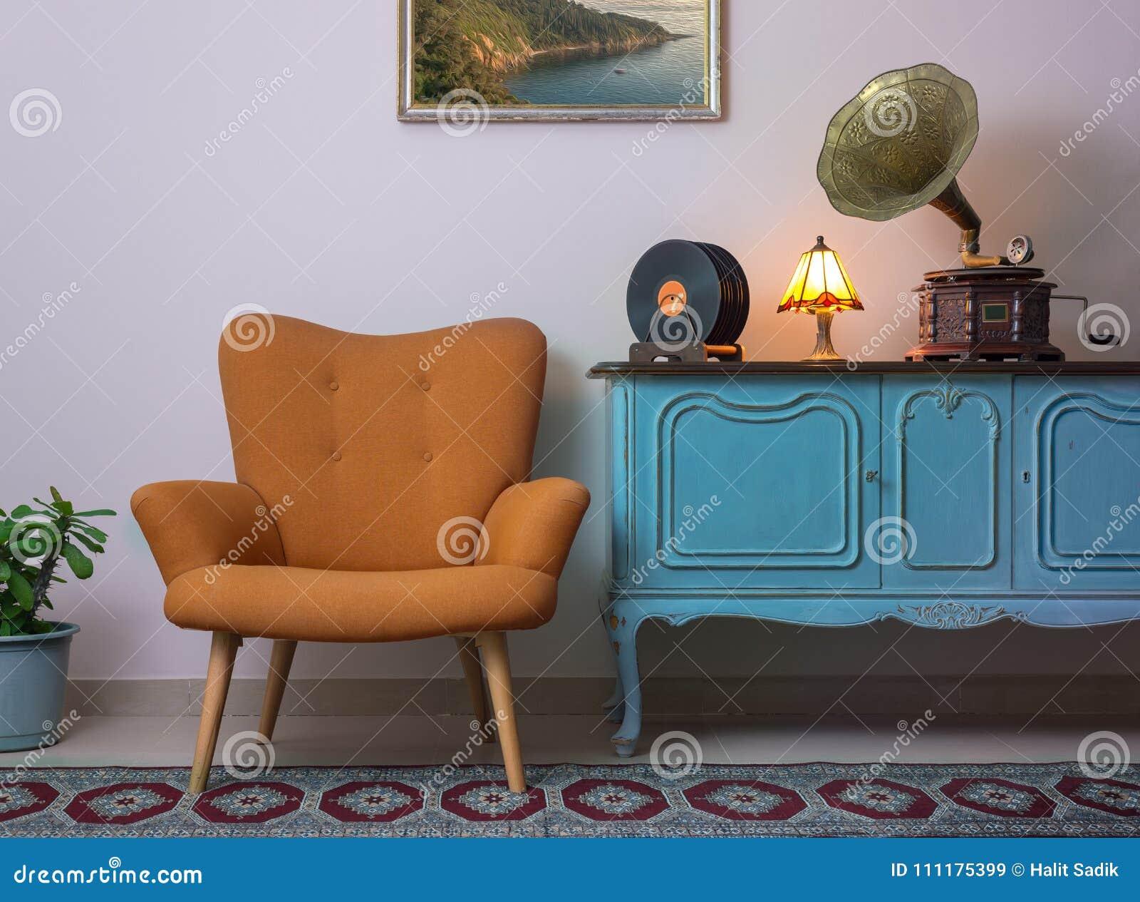 Credenza Moderna Arancione : Interno dannata di retro poltrona arancio credenza blu chiaro