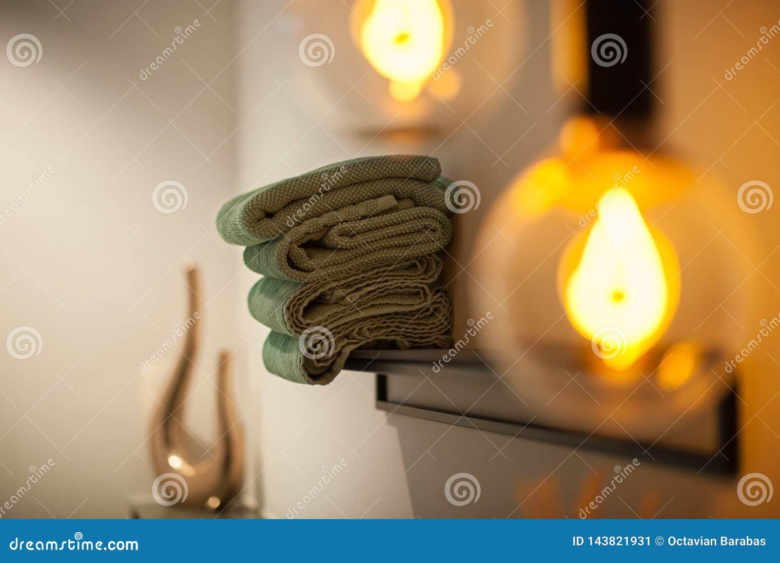 Interno del bagno con gli asciugamani e la lampada