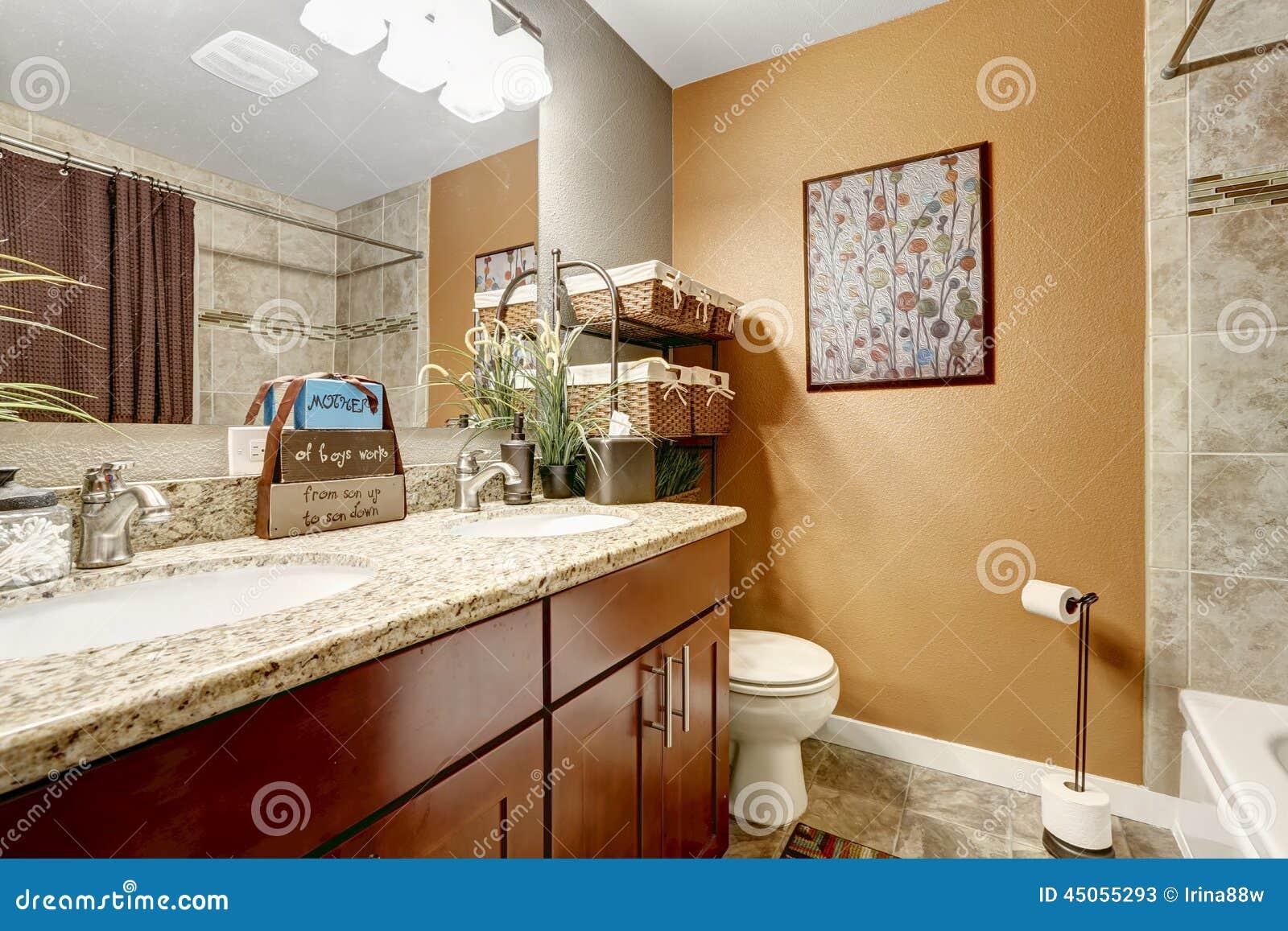 Interno del bagno con gli elementi decorativi immagine for Elementi bagno