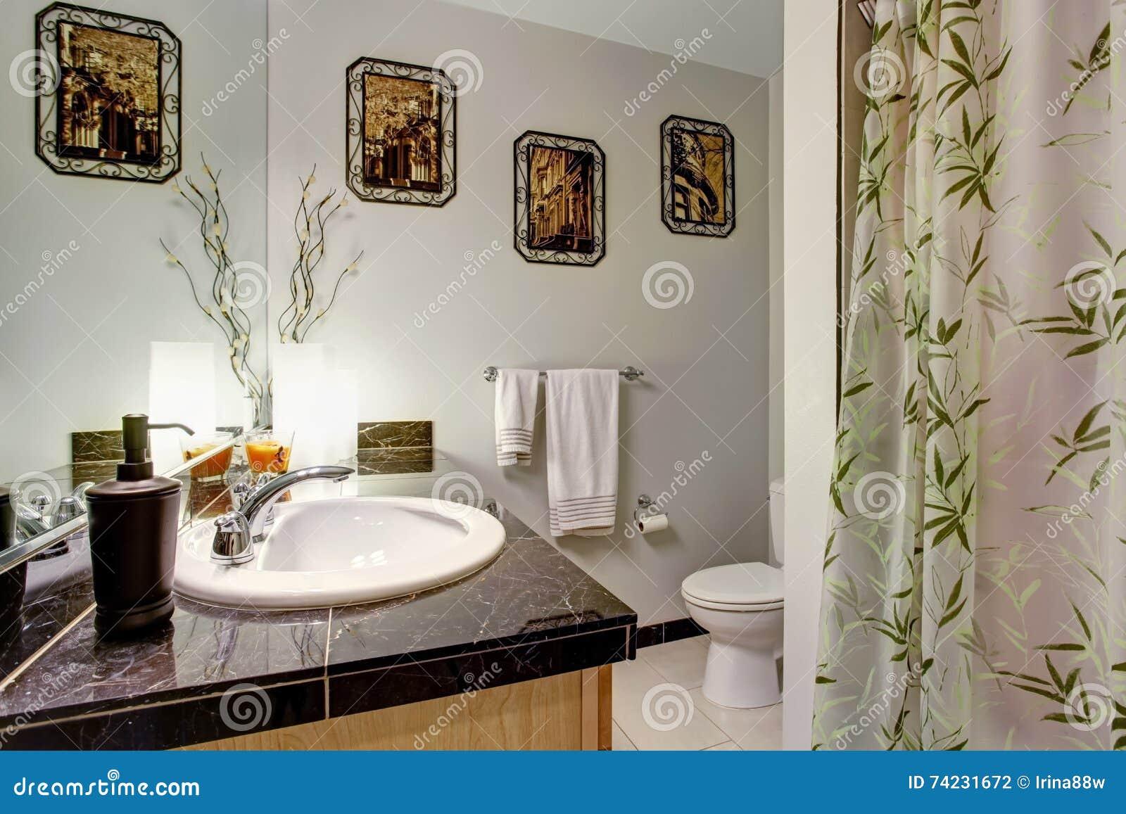 Ripiani In Legno Per Bagno : Interno del bagno con il ripiano di legno del granito e del