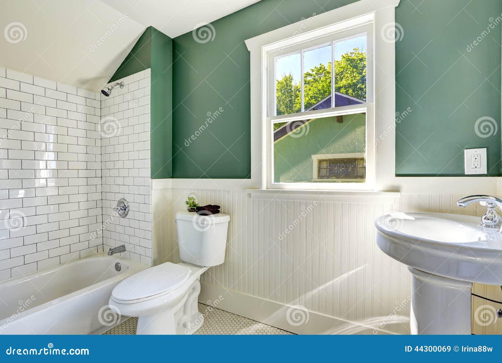 Interno del bagno con la disposizione bianca e verde della parete