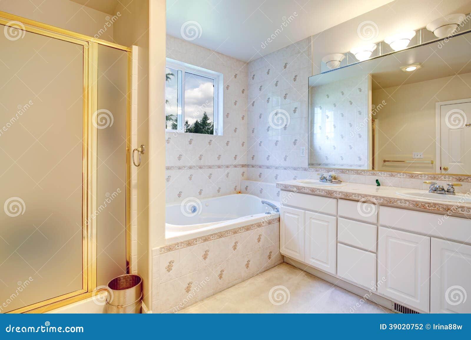 Verniciare Pareti Del Bagno : Interno del bagno con la disposizione della parete delle
