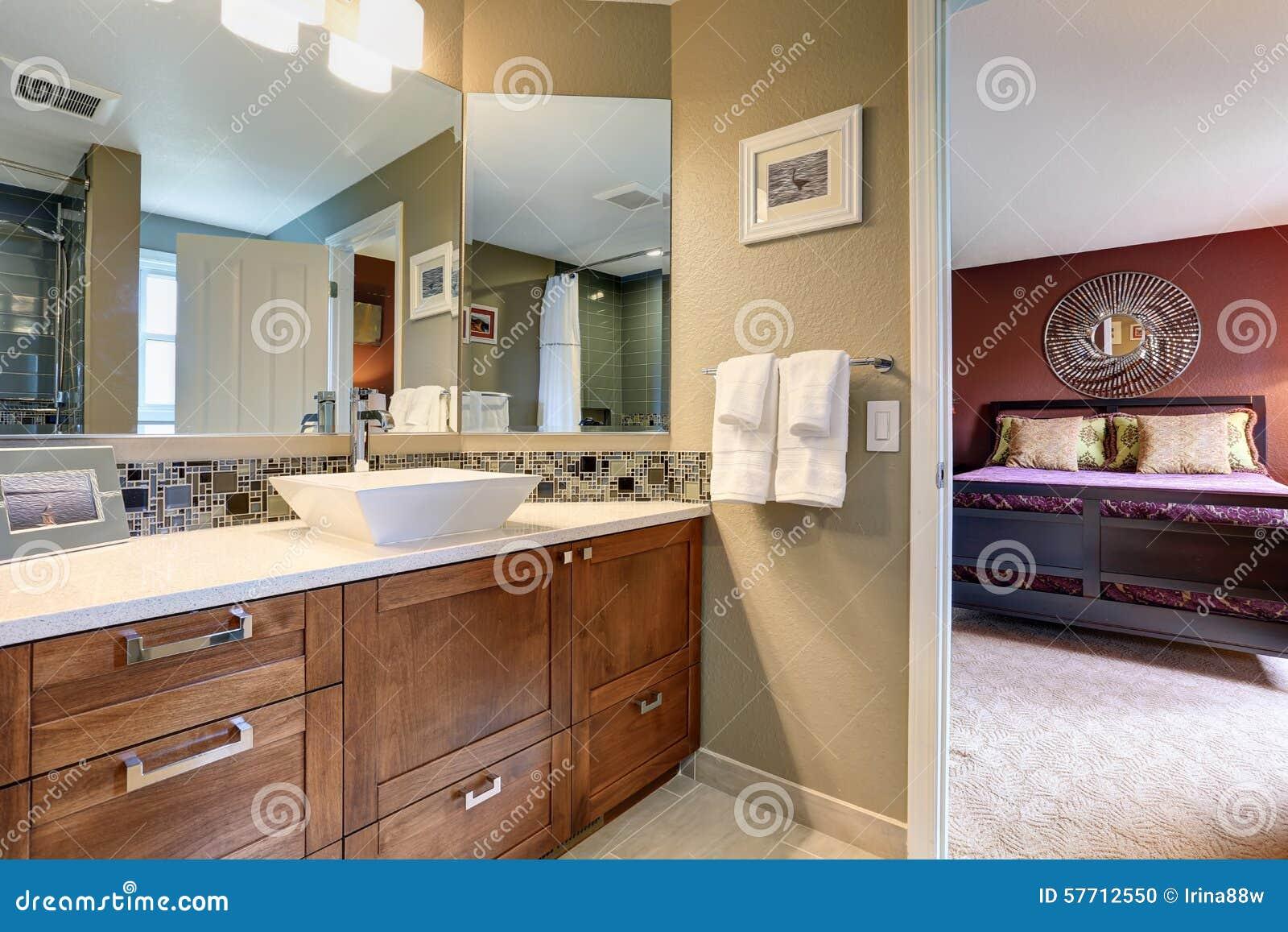 Interno del bagno con la parete della doccia delle mattonelle ed il pavimento fotografia stock - Mattonelle da interno ...