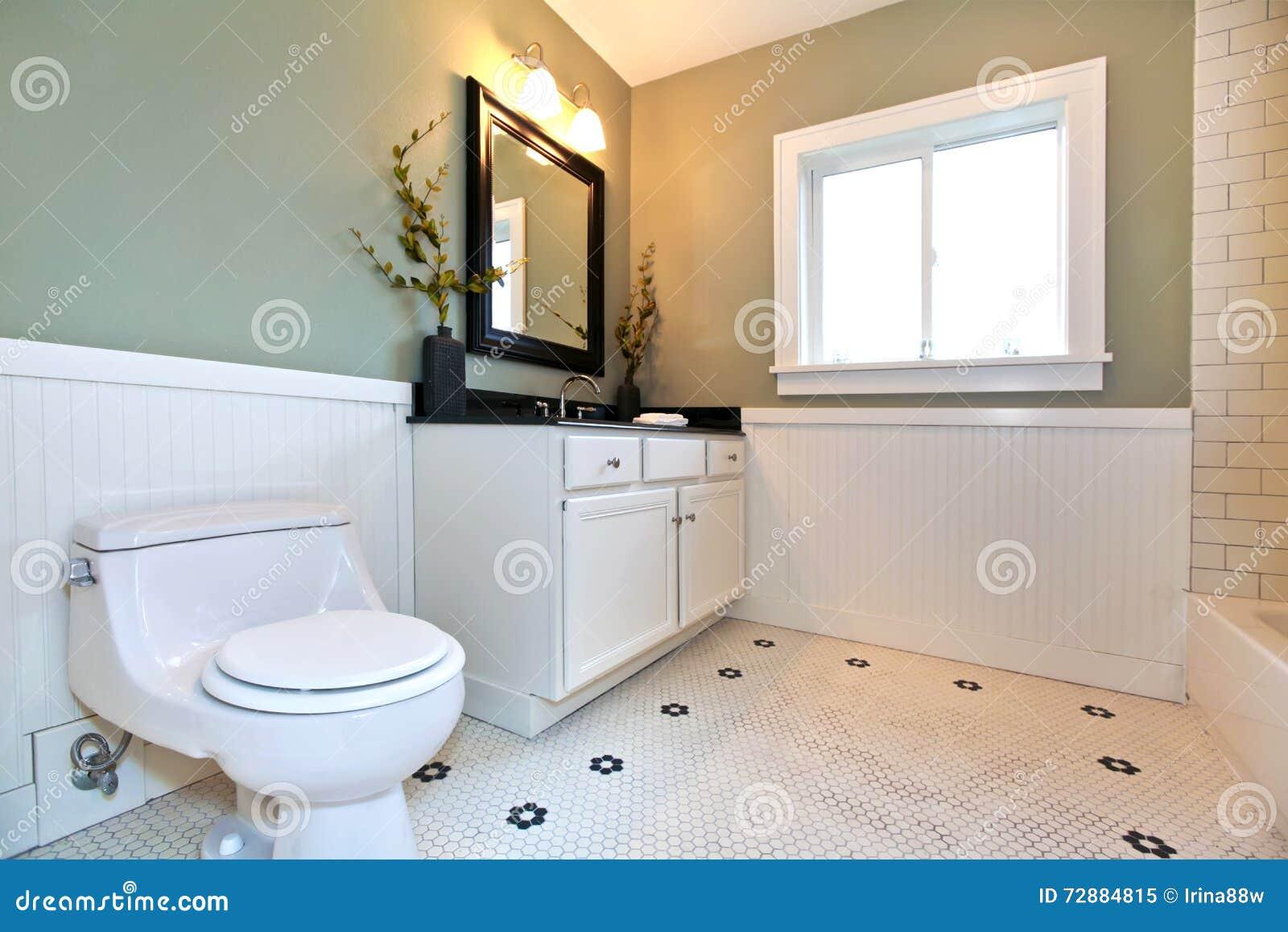 Interno del bagno con le mattonelle bianche disposizione della parete della plancia pareti - Prezzi mattonelle bagno ...
