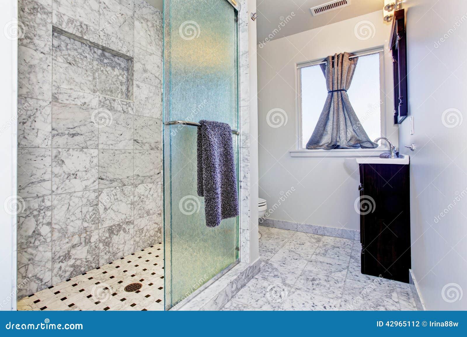 Interno del bagno in mattonelle del granito fotografia stock