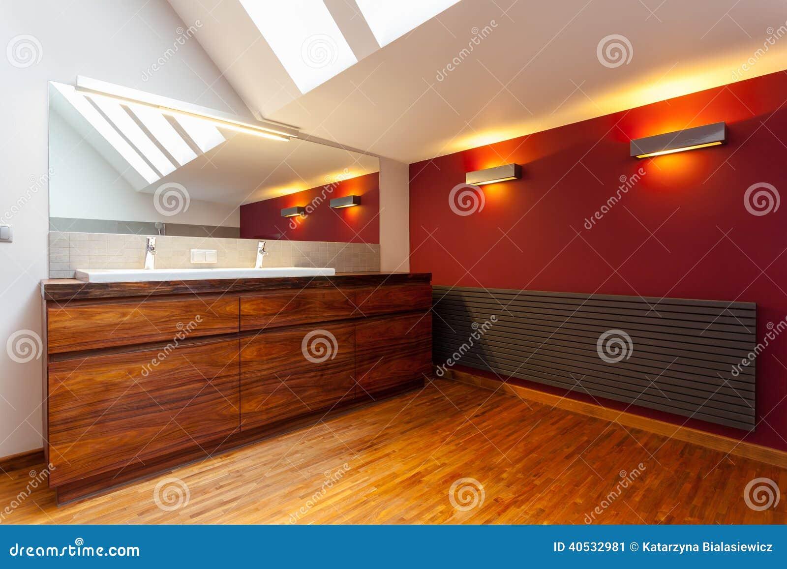 Interno del bagno moderno e di legno immagine stock for Interno moderno