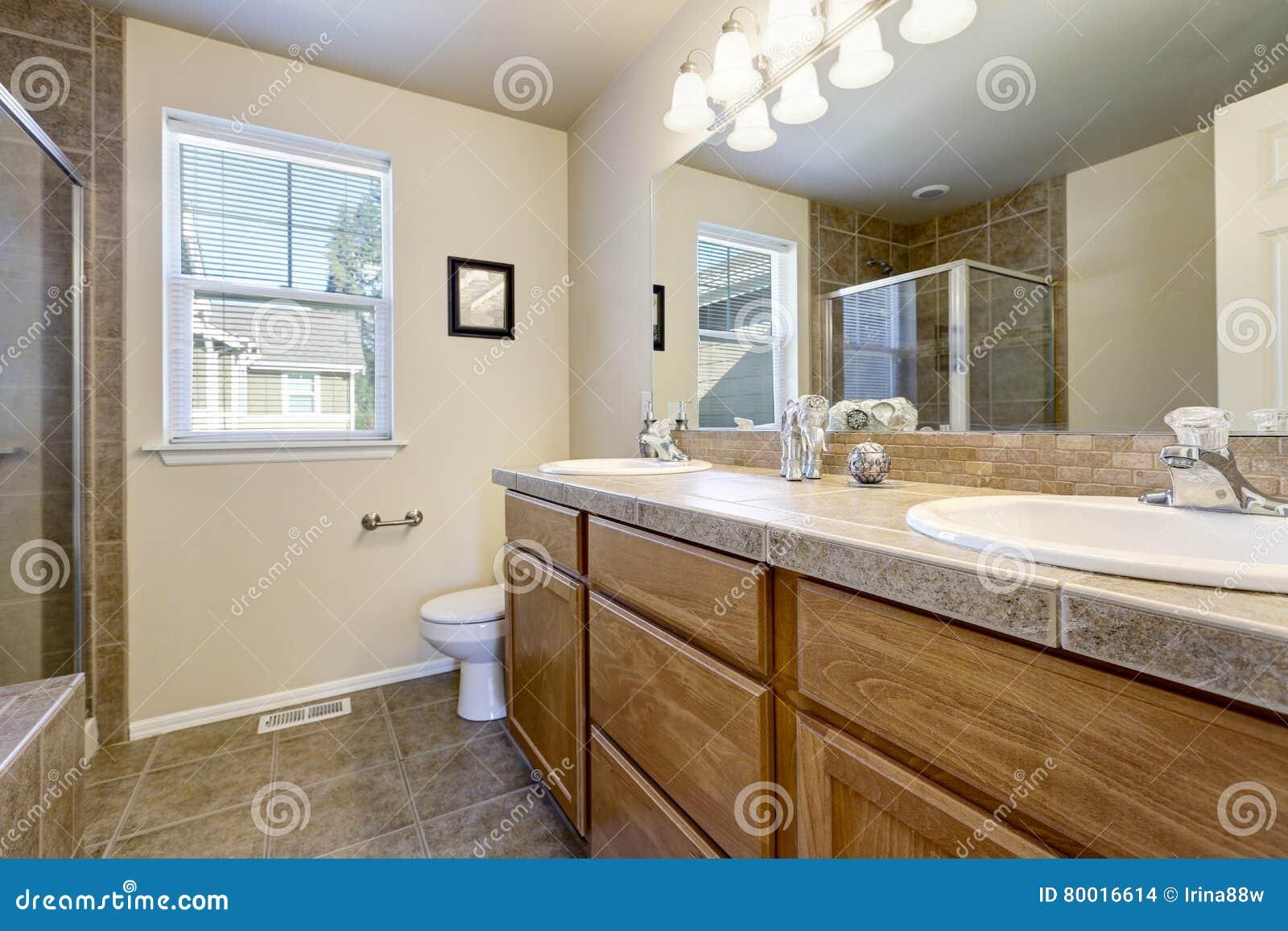 Bagno Beige E Marrone : Interno del bagno nei colori beige e marroni fotografia stock