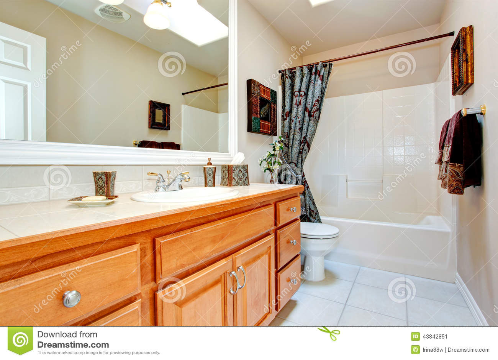 Interno del bagno in nuova casa americana immagine stock for Mattonelle interno casa