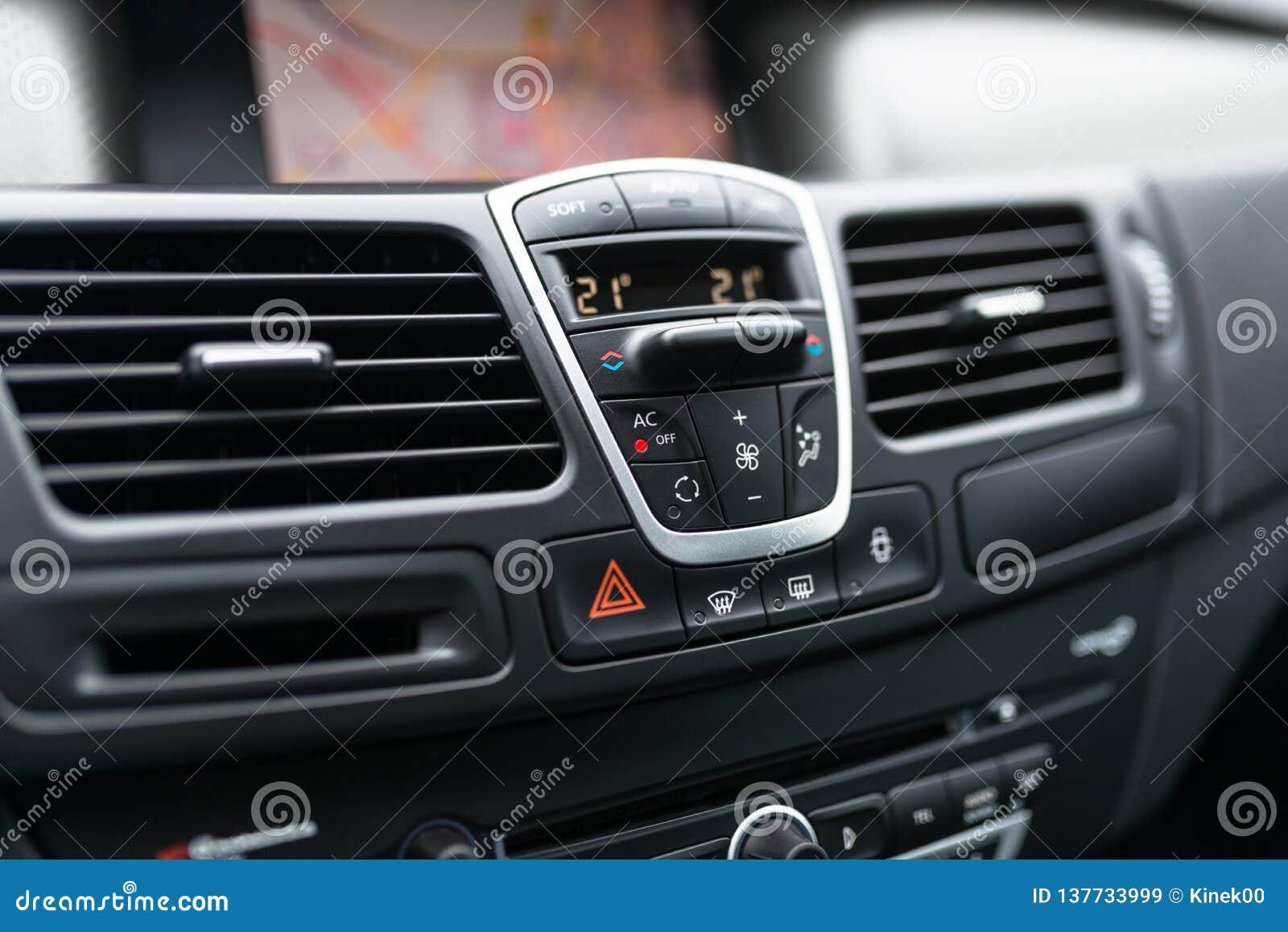 Interno del cruscotto dell automobile dell automobile moderna La cabina di pilotaggio nera con il bottone e l icona per opzione d