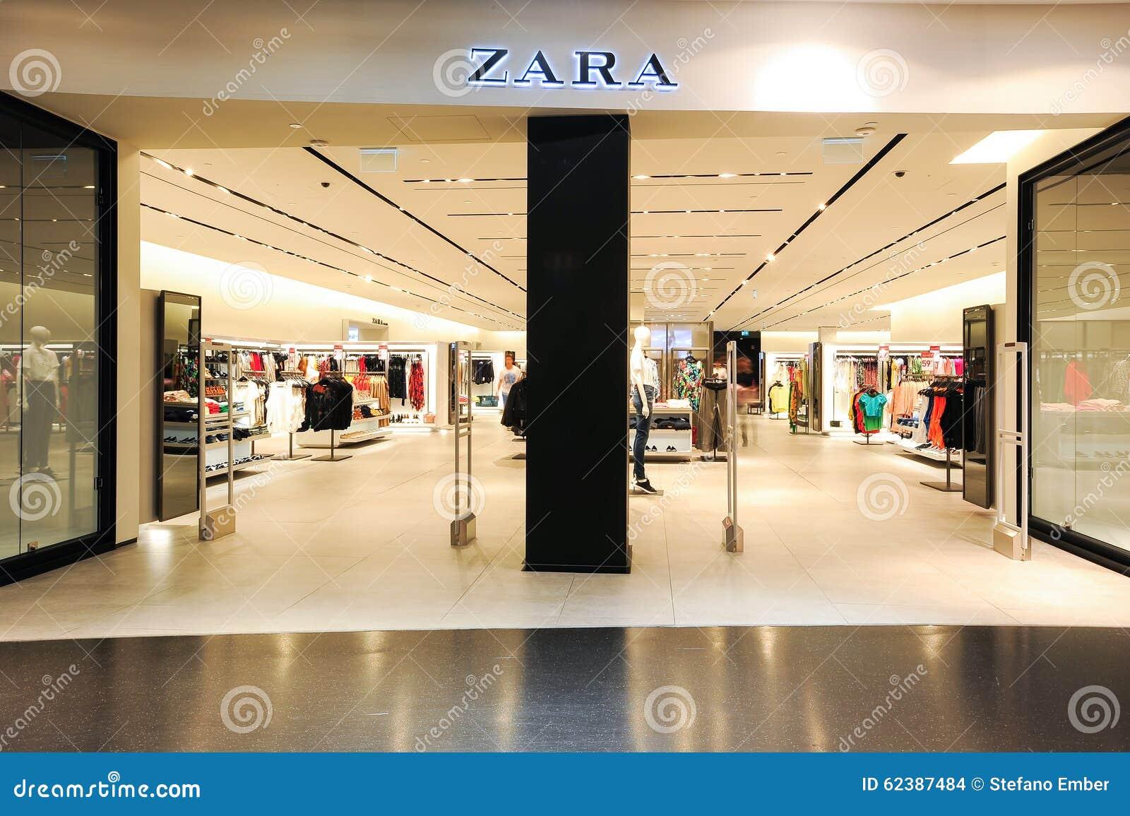 Interno Del Deposito Dei Vestiti Di Modo Di Zara Immagine