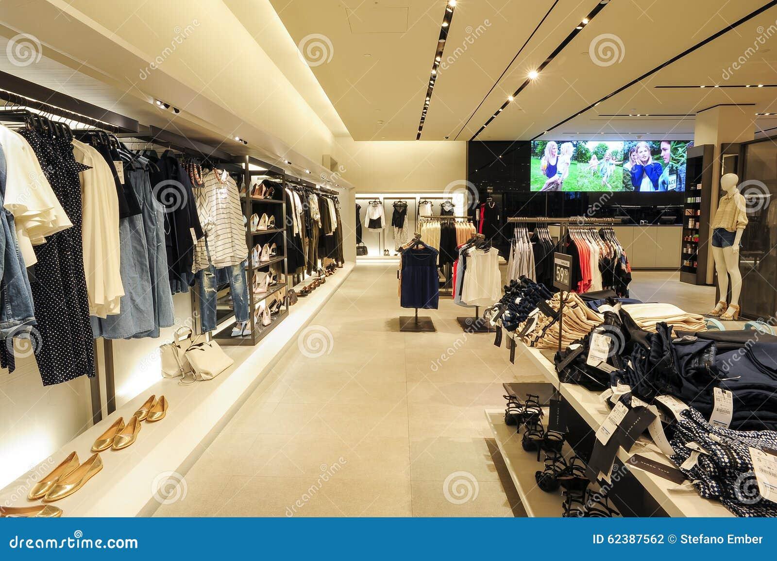 Interno Del Deposito Dei Vestiti Di Modo Di Zara Fotografia