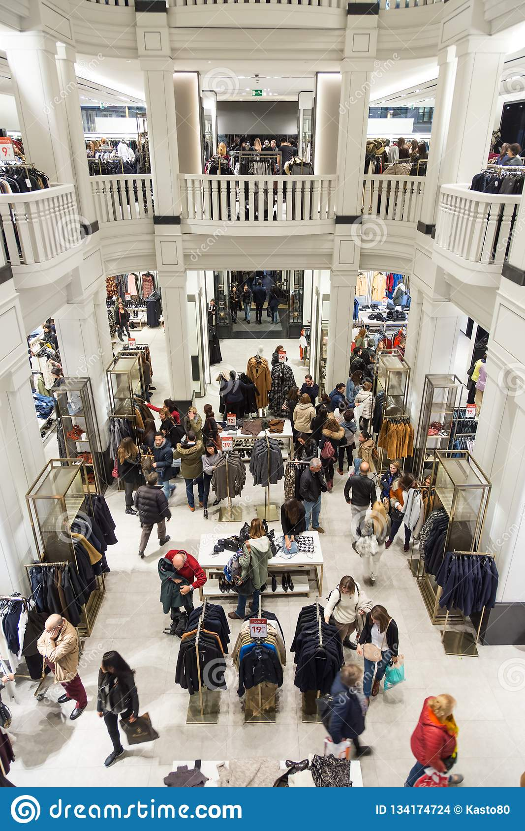 Interno Del Deposito Di Zara Sulla Strada Dei Negozi Di Gran