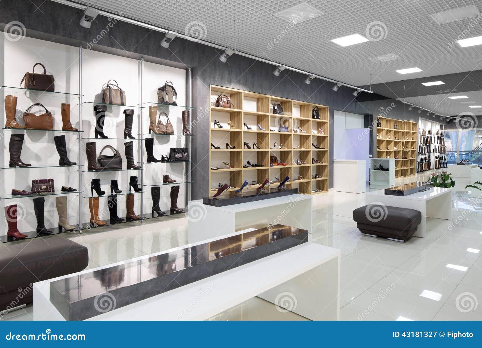 Fotografia Stock: Interno del negozio di scarpe in centro commerciale ...