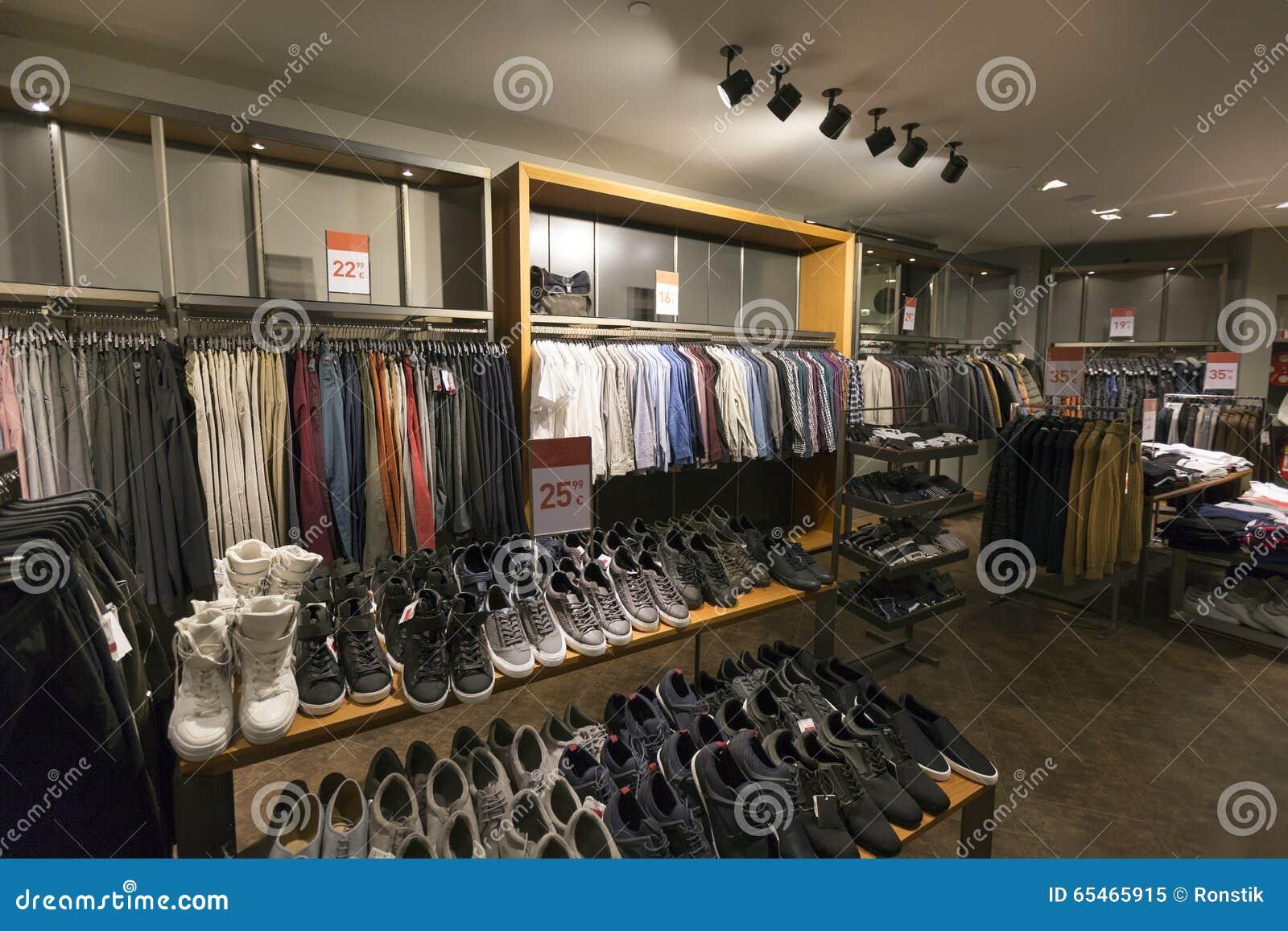 online store b4e3d 0ec3a Interno Del Negozio Di Scarpe E Dell'abbigliamento Casual ...
