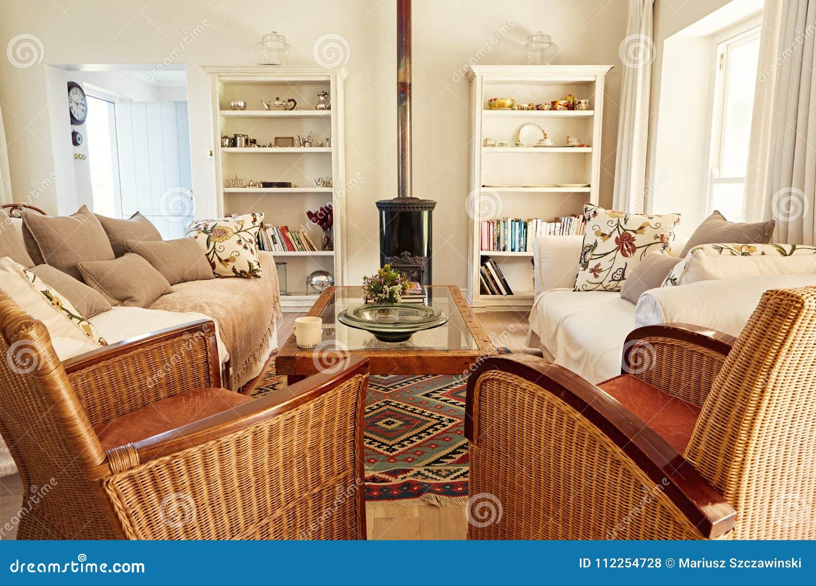 Interni Di Una Casa Di Campagna : Interno del salone comodo di una casa di campagna fotografia stock